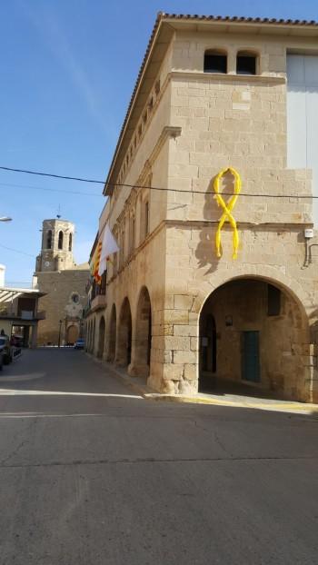 Un llaç grog gegant en suport als empresonats a l'edifici de l'Ajuntament de Linyola. FOTO: Ajuntament de Linyola.