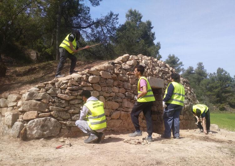 Alumnes del cicle formatiu de Pedra Natural de l'Institut Mollerussa restauren una cabana de volta a les Garrigues