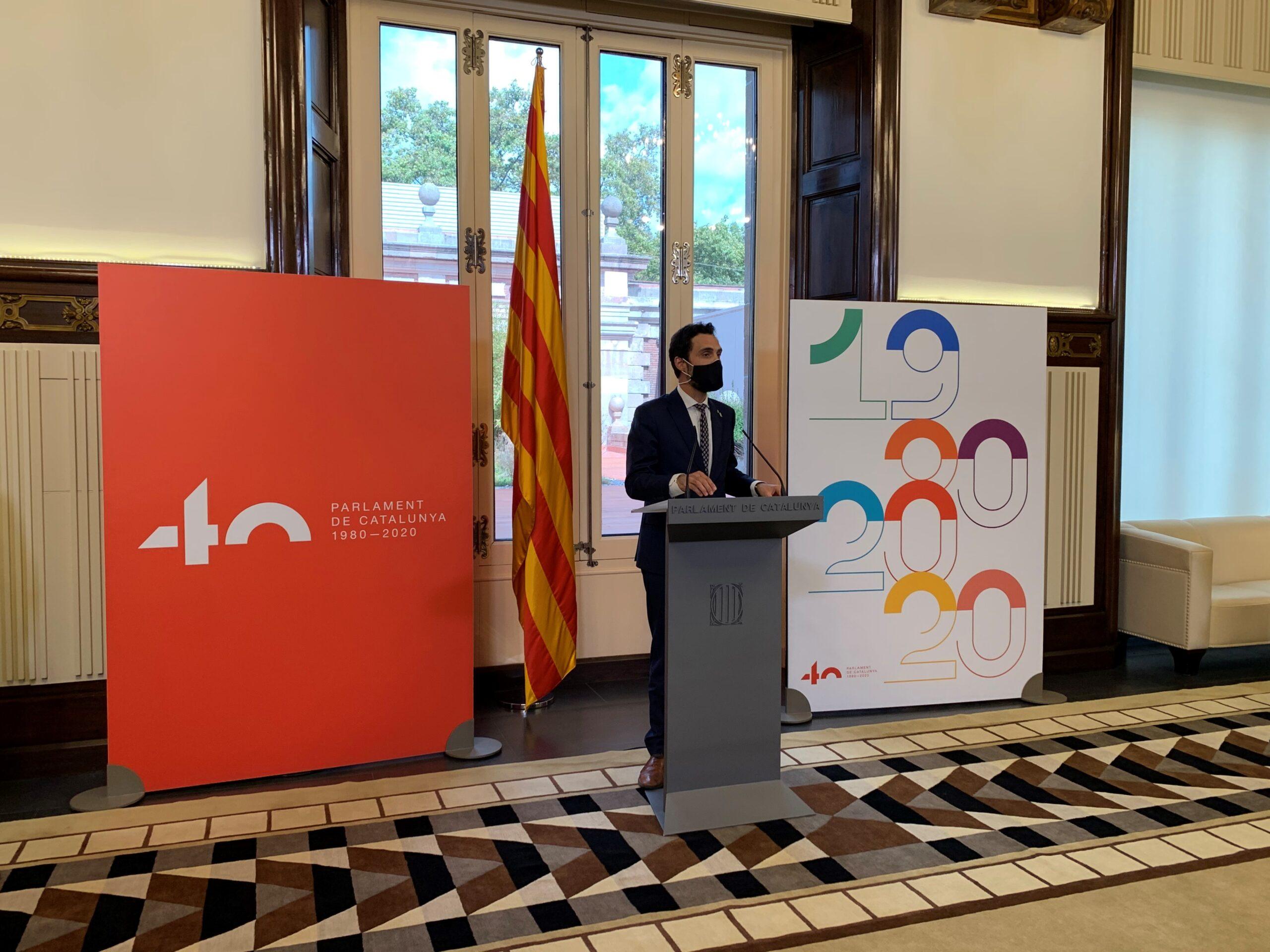El president Torrent en l'acte de presentació del logotip i el cartell commemoratiu del 40è aniversari del Parlament (Foto: Parlament de Catalunya)