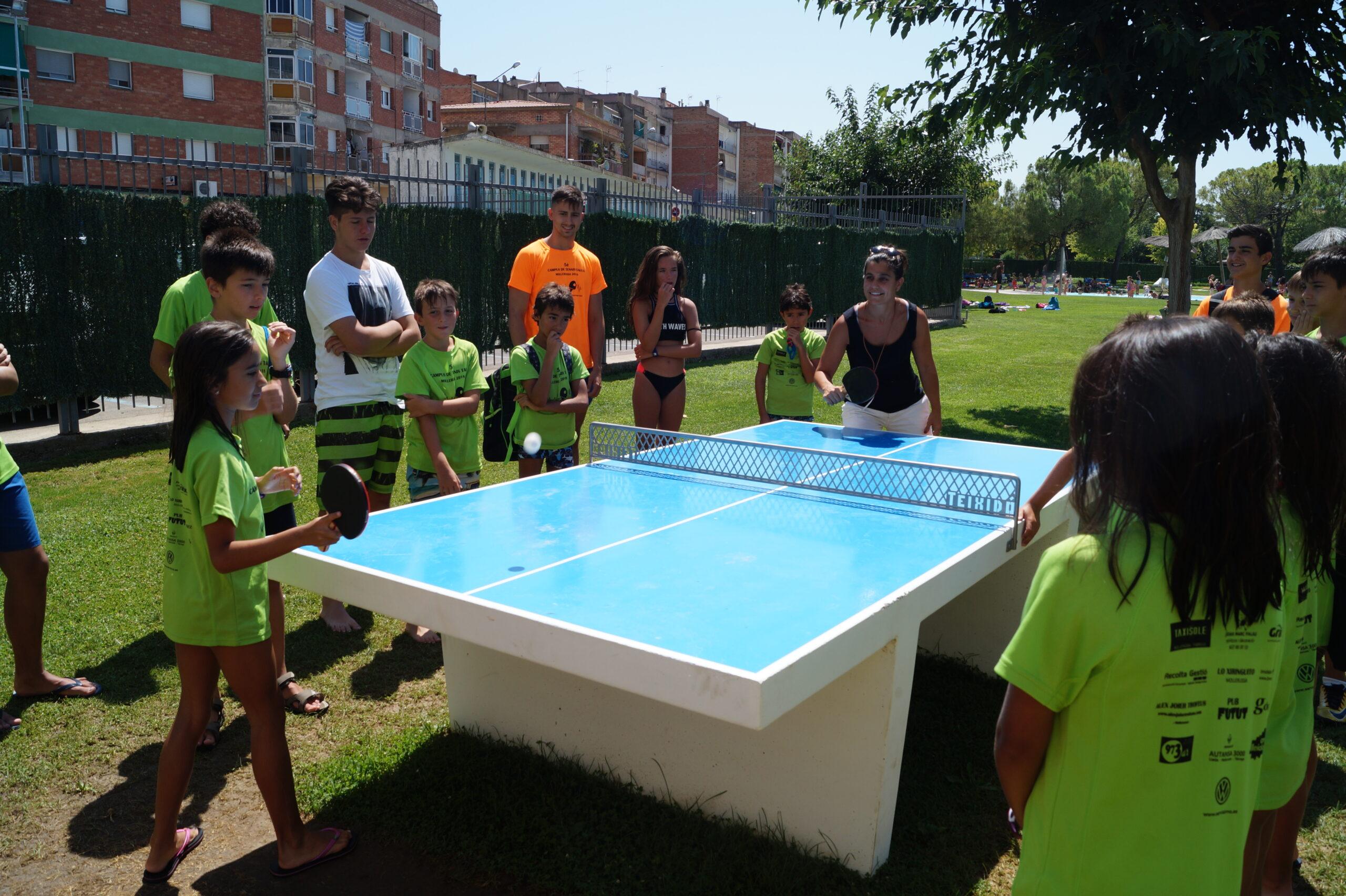 La regidora d'Ensenyament jugant a tennis taula