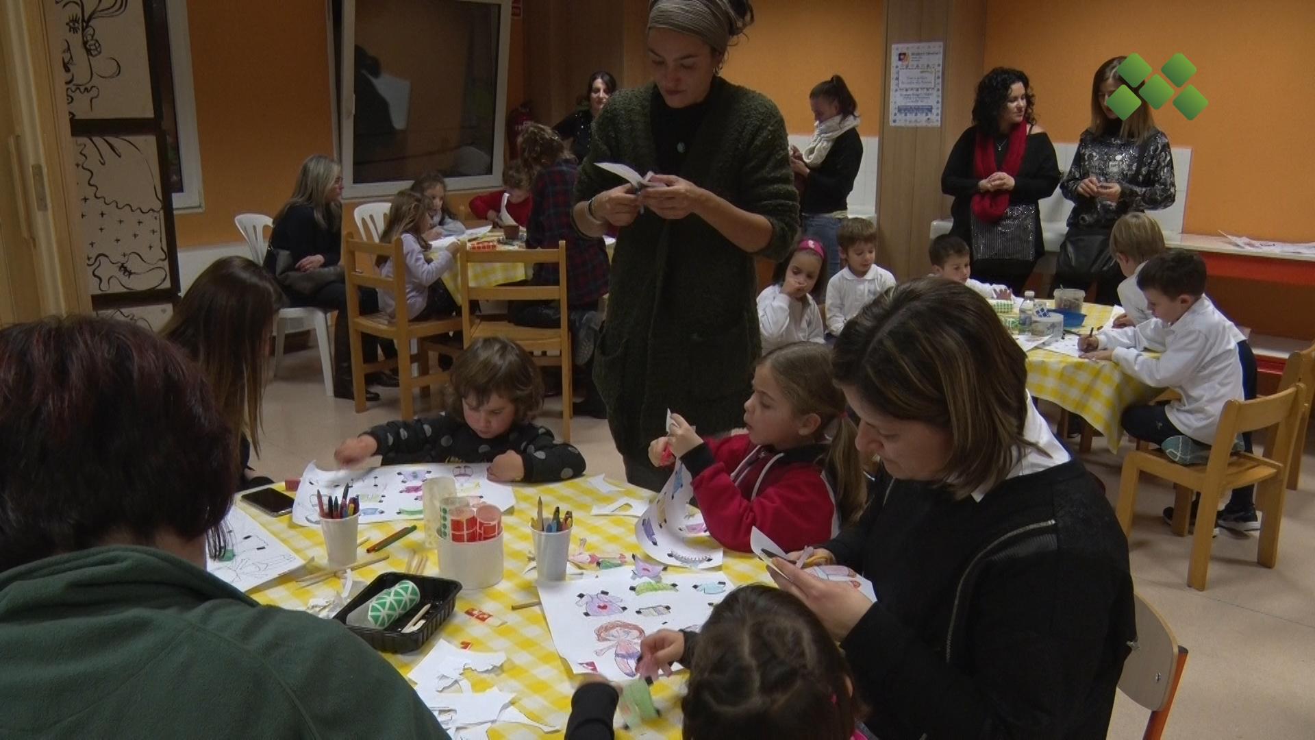 """Una vintena de nens i nenes participen al taller solidari """"Som uns manetes amb el paper"""""""