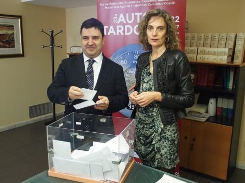 Moment de l'extracció de la butlleta guanyadora del sorteig d'Autotardor, amb la notària i el director de Fira de Mollerussa, Poldo Segarra. FOTO: Fira de Mollerussa