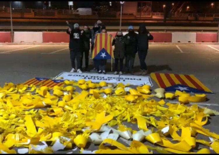 El Palau denuncia les destrosses d'un grup d'encaputxats que han arrencat llaços grocs i pancartes independentistes