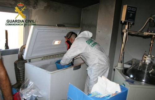 Un agent de la Guàrdia Civil dins el presumpte laboratori clandestí de drogues de disseny de Mollerussa desmantellat en el marc de l'operació 'Saldos'. FOTO: Guàrdia Civil / ACN