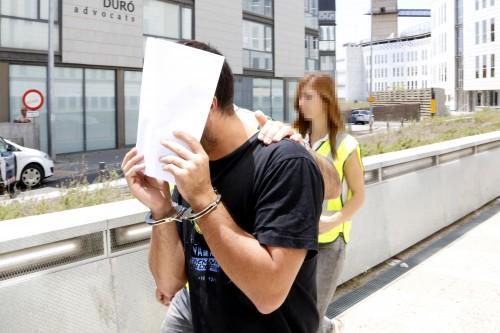 El presumpte cap d'un grup criminal dedicat a l'elaboració de drogues de disseny a Mollerussa sortint del jutjat de Lleida cap a la presó. FOTO: ACN