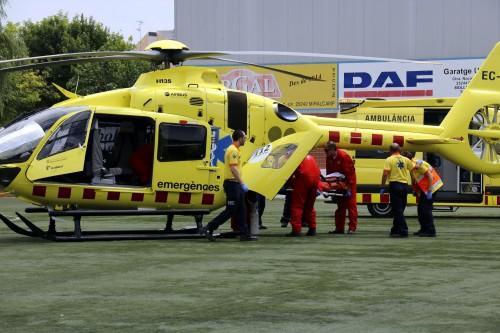 L'helicòpter i els serveis d'emergència carregant el menor de 7 anys que s'ha ofegat a la piscina de Mollerussa. FOTO: ACN