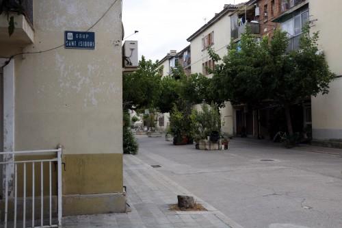 Pla mig on es pot veure el cartell de Grup Sant Isidori de Mollerussa i al darrera alguns dels habitatges, el 31 d'agost de 2017. (Horitzontal)