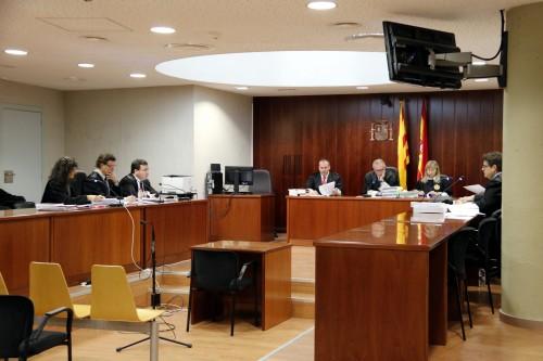 L'advocat acusat, a l'esquerra de la imatge, al centre, durant el judici a l'Audiència de Lleida. FOTO: ACN.