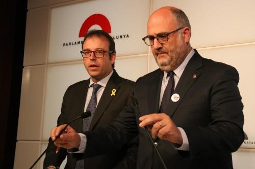 Pla mig del diputat de JxCAT, Marc Solsona i el portaveu adjunt, Eduard Pujol, en una roda de premsa al Parlament, el 5 d'abril del 2018 (Horitzontal)