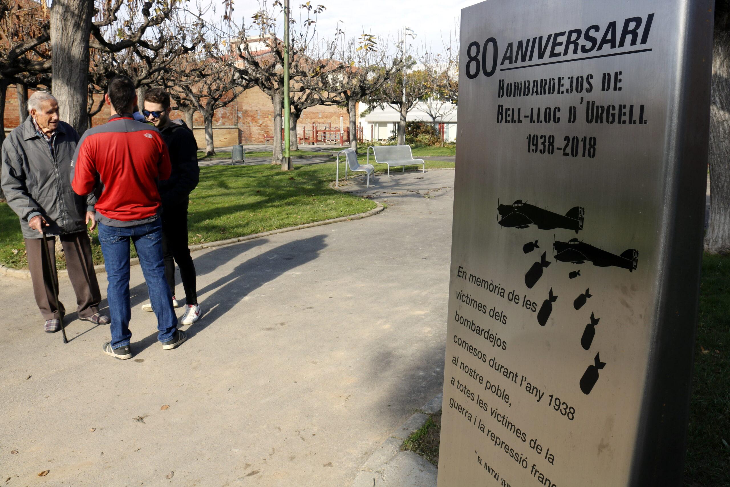Pla mitjà on es pot veure en primer terme la placa commemorativa del 80è aniversari del bombardeig franquista a Bell-lloc d'Urgell, el 3 de desembre de 2018. (Horitzontal)