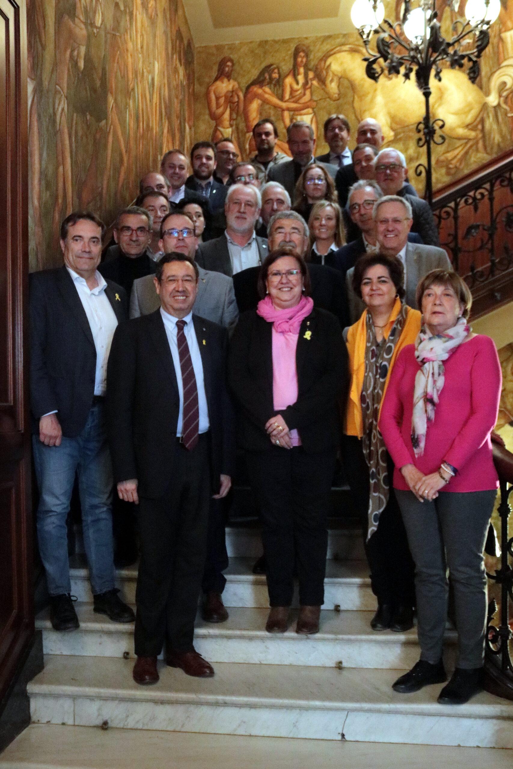 Imatge amb tots els assistents a la reunió de la Plataforma per a la millora de la línia Barcelona-Manresa-Lleida, celebrada a la Diputació de Lleida el 15 de març del 2019. (Vertical)