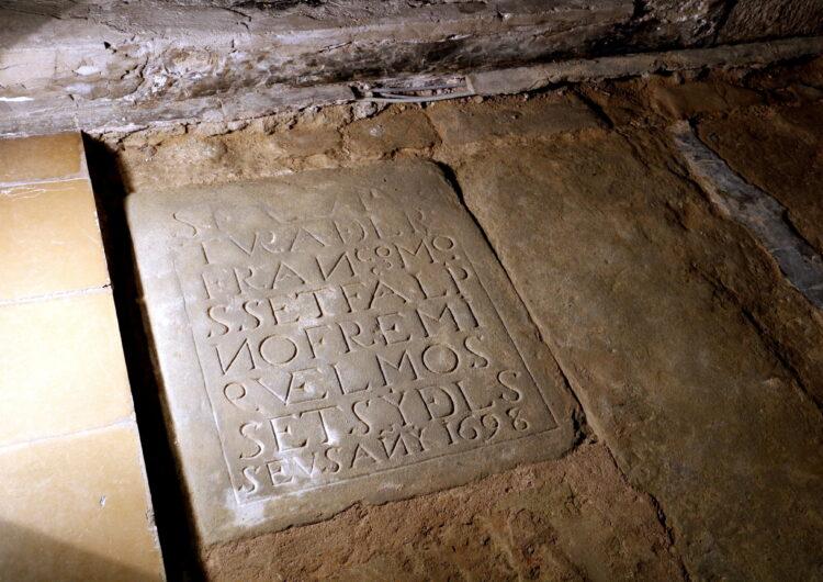 L'Ajuntament de Linyola troba una làpida del segle XVII dins l'església i estudia si hi ha més tombes, una cripta o túnels