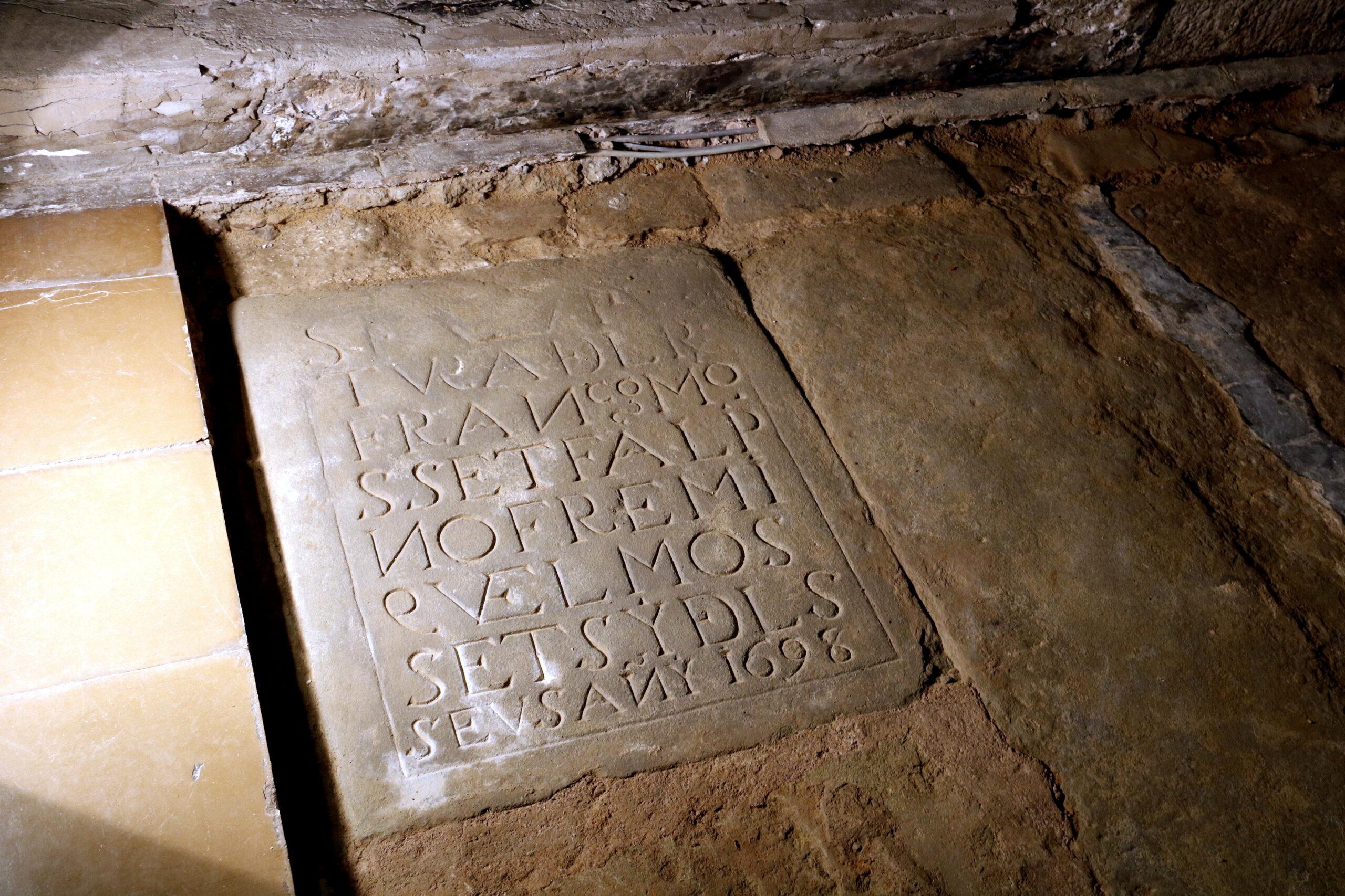 Primer pla de la làpida trobada a l'església de Santa Maria de Linyola. Imatge del 19 de març de 2019. (Horitzontal)