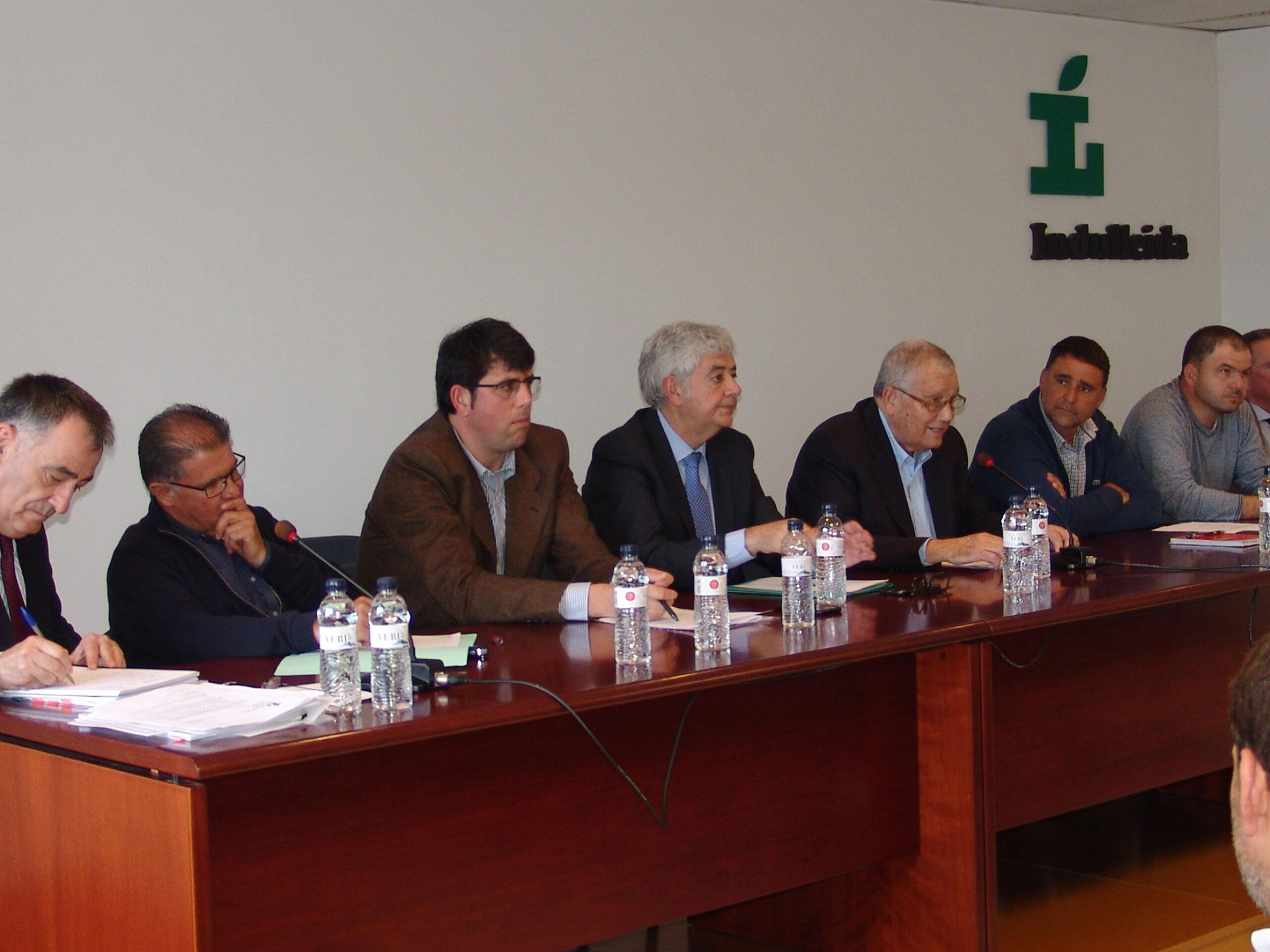 Pla mitjà on es pot veure un moment de la taula presidencial de la Junta General d'Indulleida amb els representants de Nufri, el 2 d'abril de 2019. (Horitzontal)