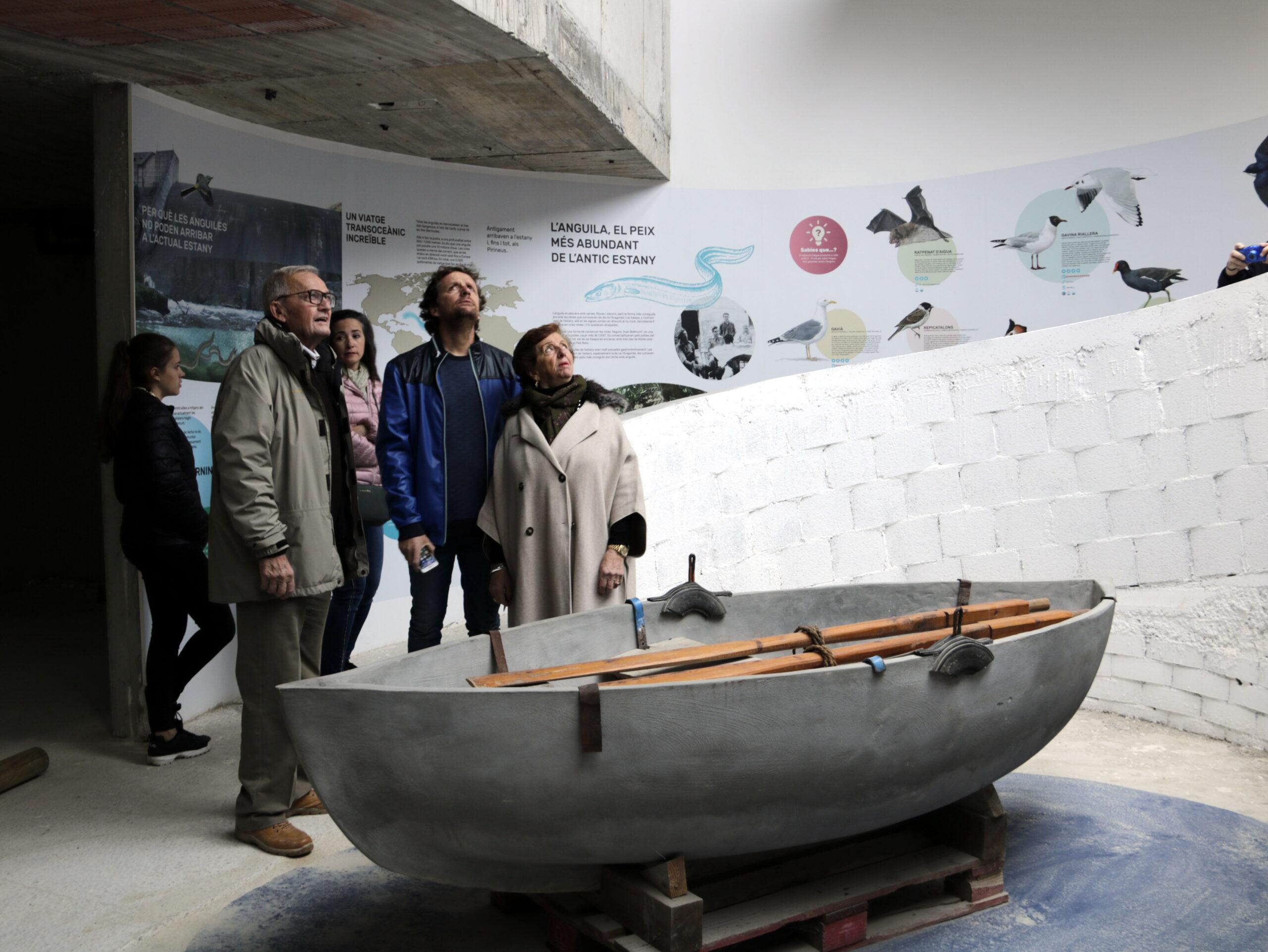Imatge pla general de visitants a la nova museïtzació que ha estrenat Cal Sinén. El 6 d'abril de 2019. (Horitzontal)