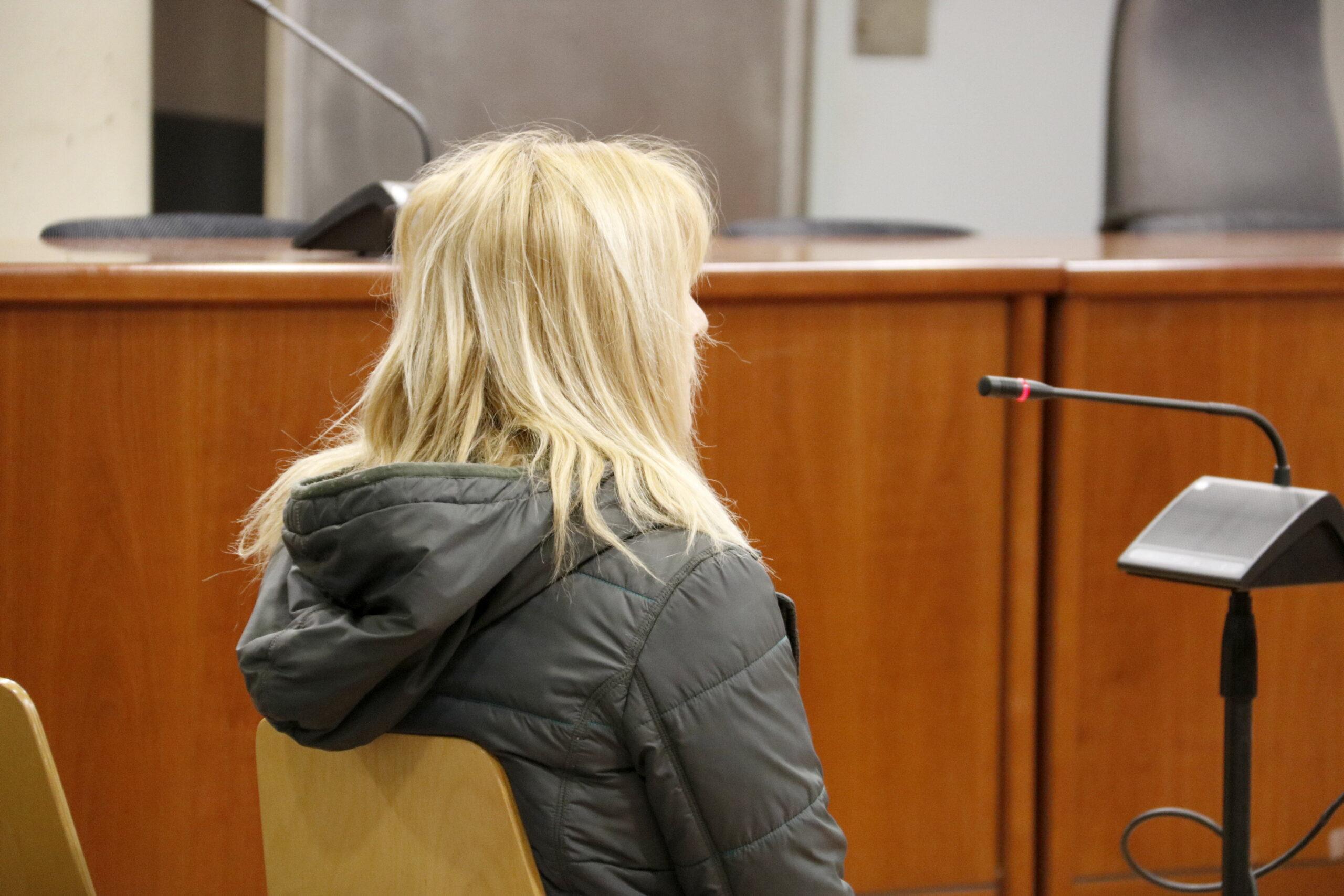 La dona acusada d'intentar matar el seu marit a Mollerussa, durant la declaració al judici a l'Audiència de Lleida. Imatge del 10 d'abril de 2019. (Horitzontal)