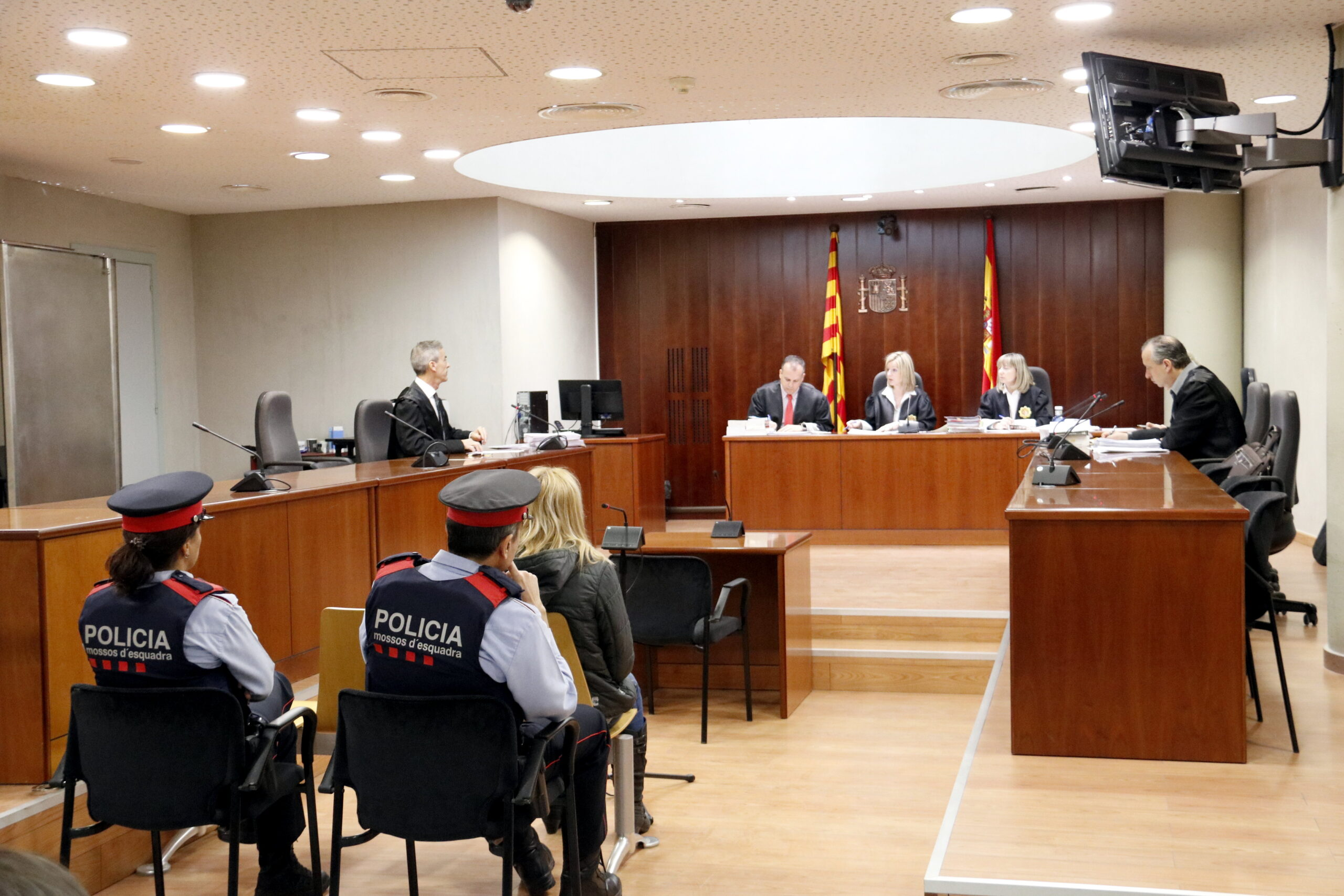 Pla general de la dona acusada d'intentar matar el seu marit a Mollerussa, durant la declaració al judici a l'Audiència de Lleida. Imatge del 10 d'abril de 2019. (Horitzontal)