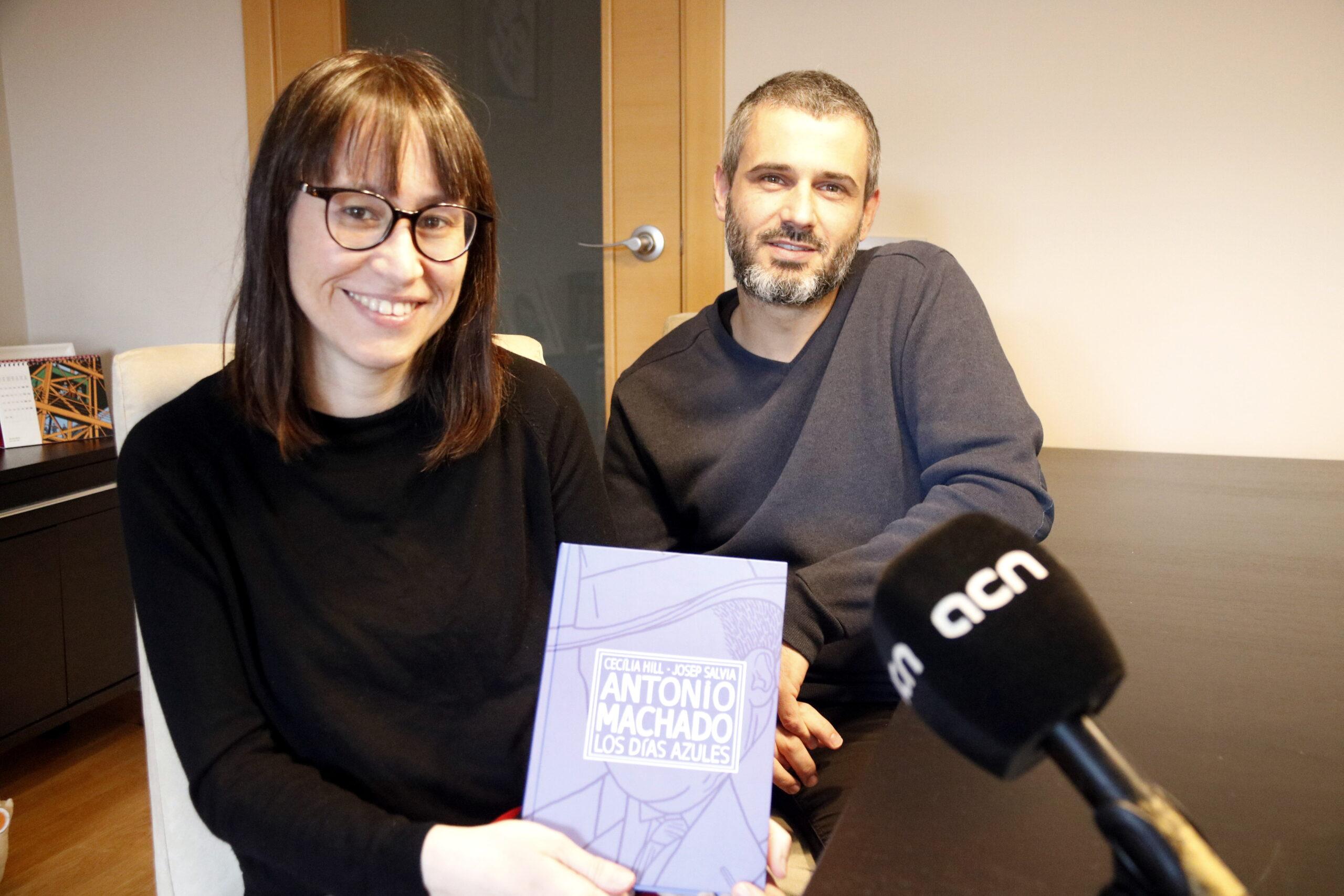 Pla mitjà on es poden veure Cecília Hill i Josep Salvia, autors del còmic del tres darrers anys de la vida d'Antonio Machado, l'11 d'abril de 2019.