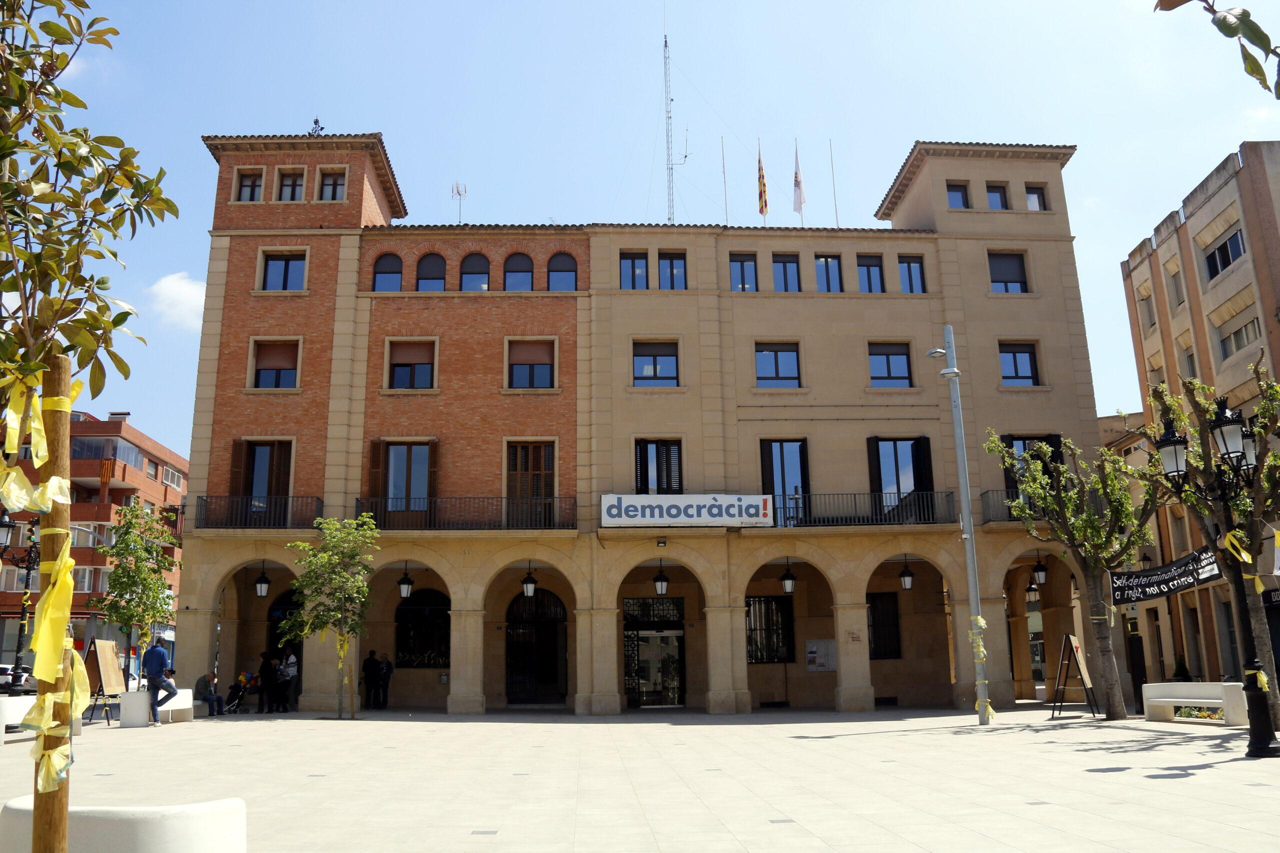 Pla obert on es pot veure la façana de l'Ajuntament de Mollerussa i la plaça reformada del davant, el 30 d'abril de 2019. (Horitzontal)