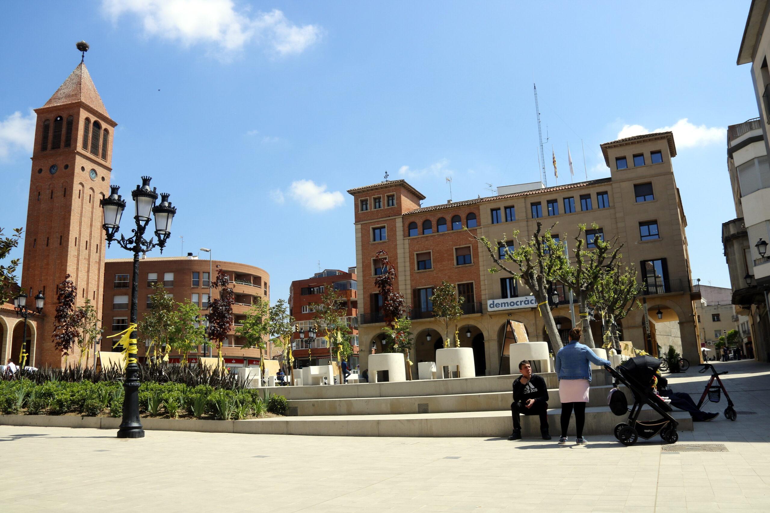 Pla general de la nova plaça de l'Ajuntament de Mollerussa amb el consistori al fons, el 30 d'abril de 2019. (Horitzontal)