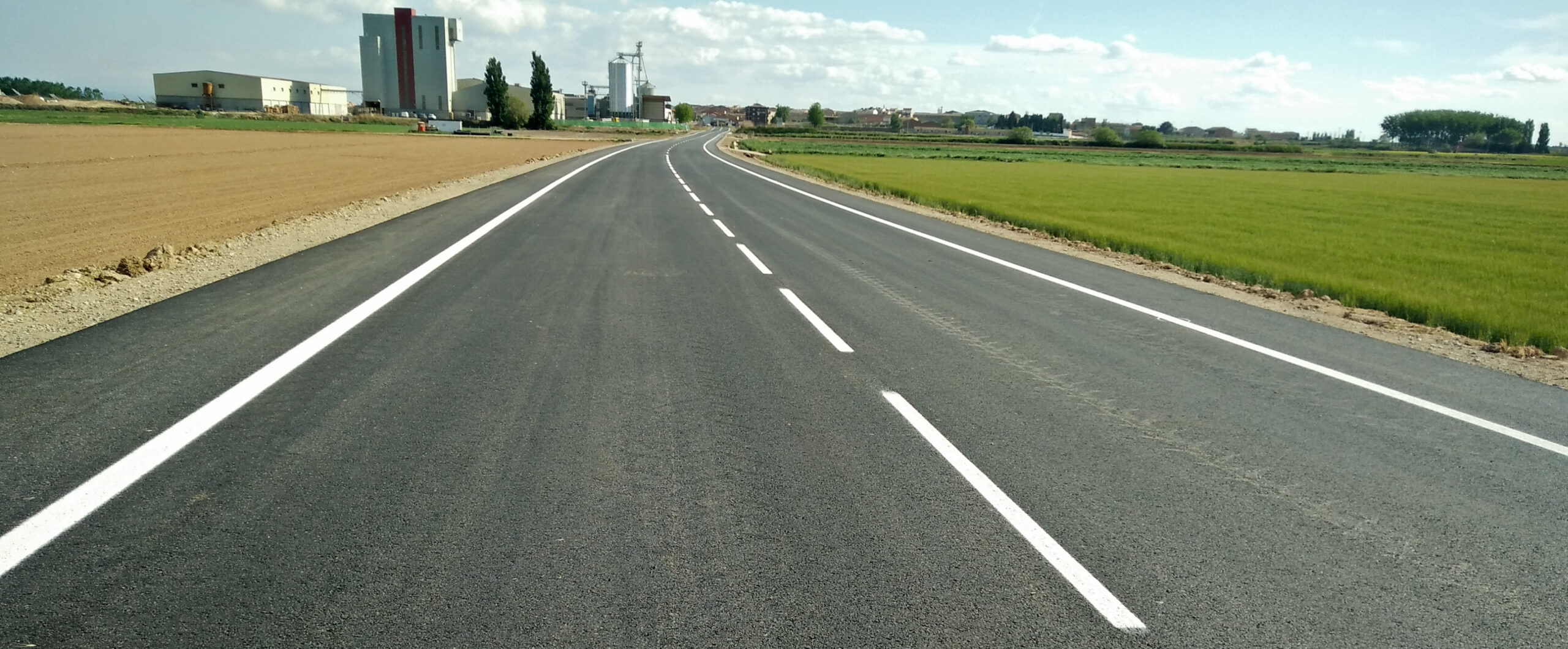 Imatge de la carretera l'LP-3322 entre Linyola i Bellcaire d'Urgell, després dels treballs de condicionament que hi ha dut a terme Territori i Sostenibilitat. Imatge del 6 de maig del 2019. (Horitzontal)