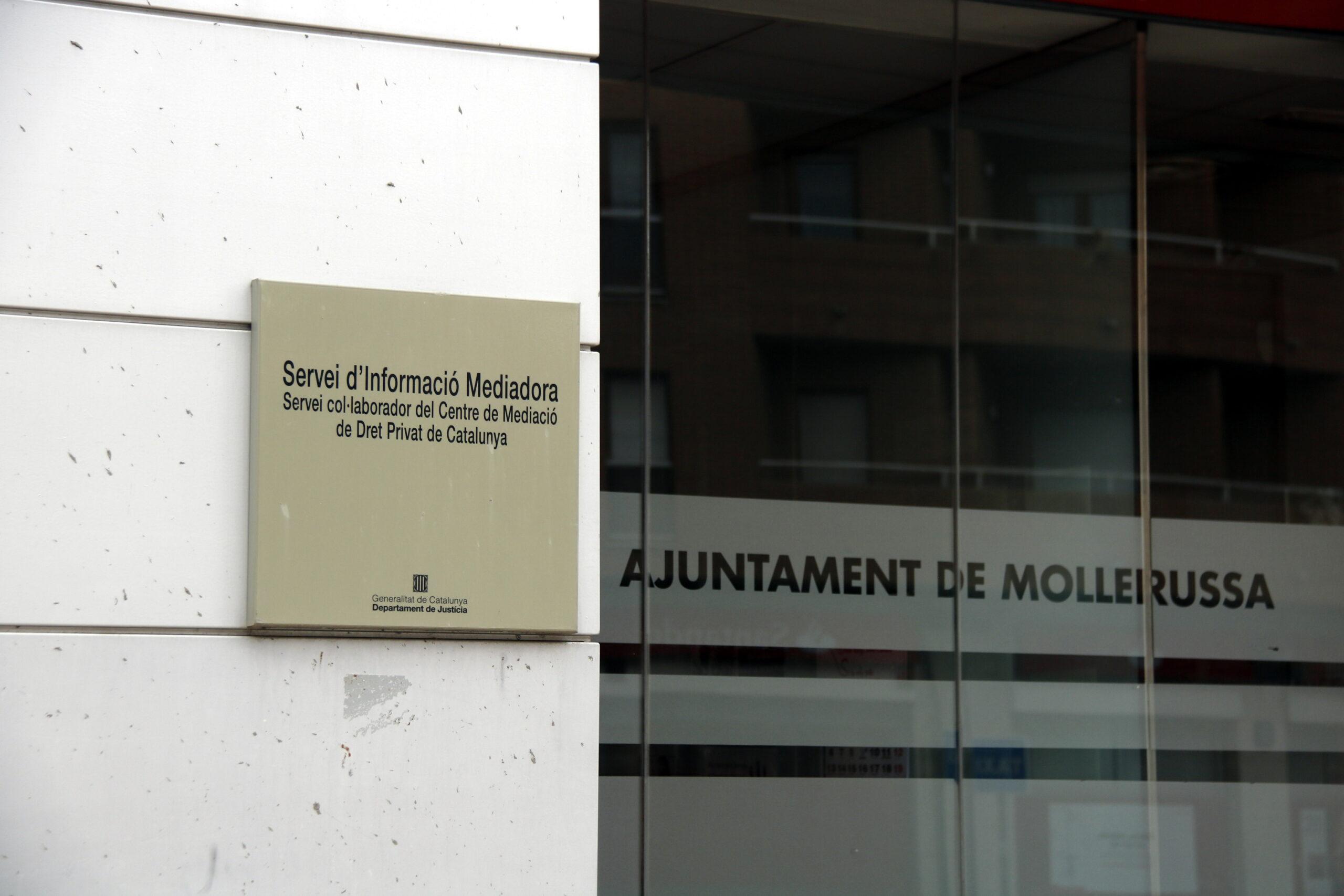 Pla tancat on es pot veure els cartells de la Regidoria de Benestar Social i Ciutadania de Mollerussa on treballa el tècnic detingut per corrupció de menors, el 9 de maig de 2019. (Horitzontal)