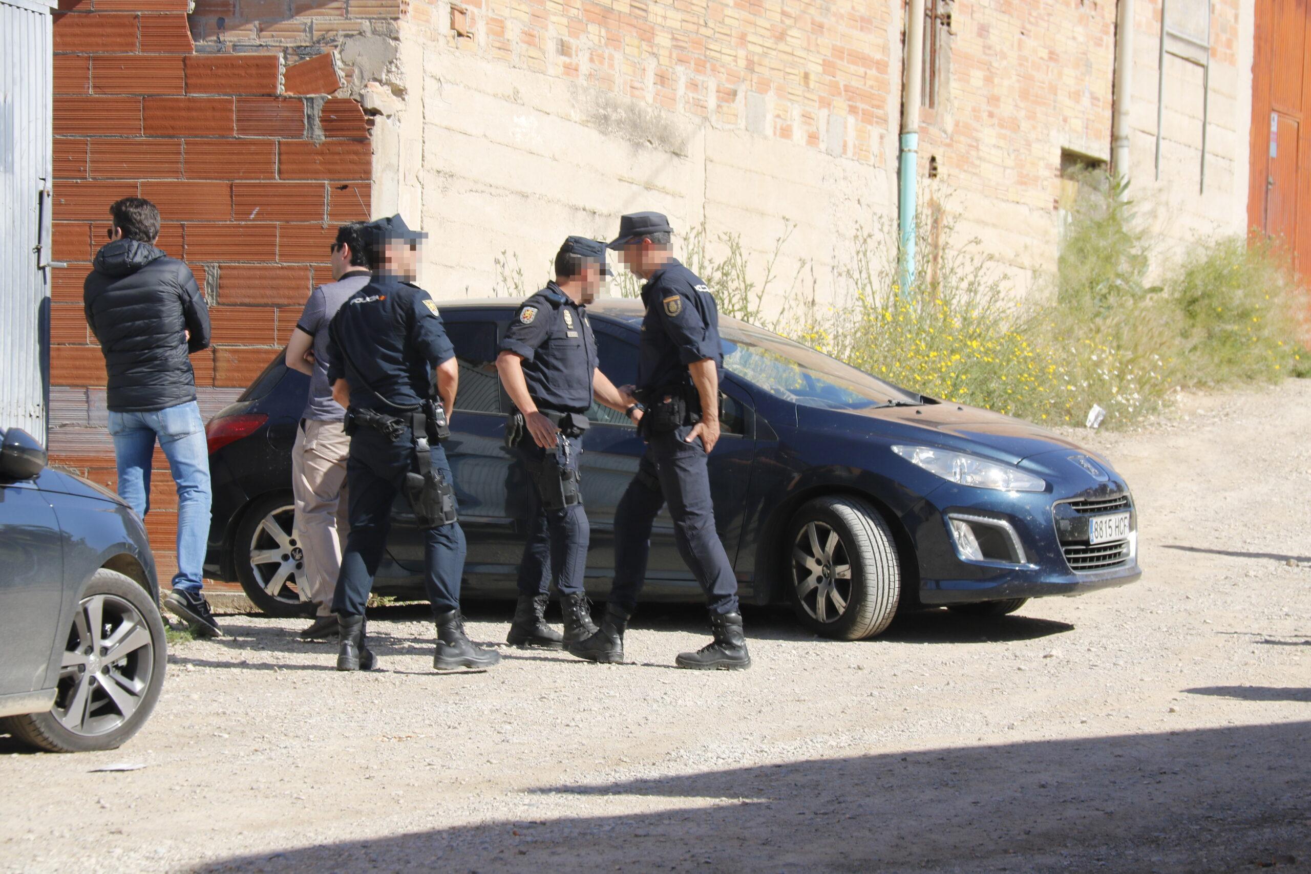 Pla mitjà on es pot veure el moment que s'emporten un dels detinguts a Bell-lloc d'Urgell per tràfic il·legal de silurs, el 14 de maig de 2019. (Horitzontal)