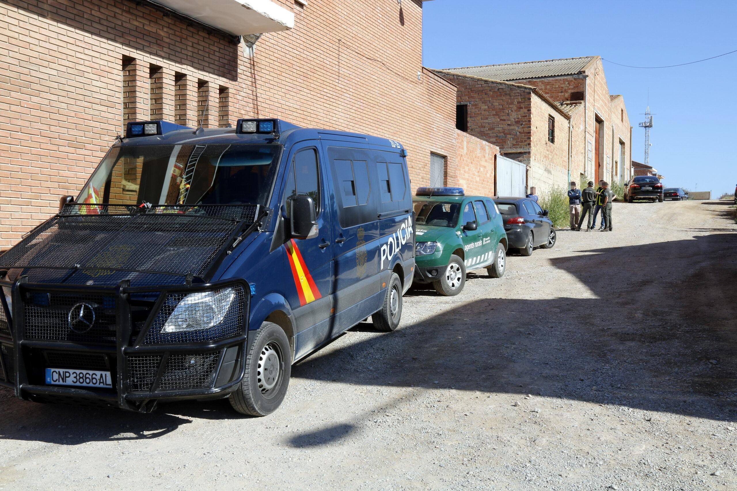 Pla general del dispositiu policial a Bell-lloc d'Urgell contra la pesca il·legal i el tràfic de silurs, el 14 de maig de 2019. (Horitzontal)