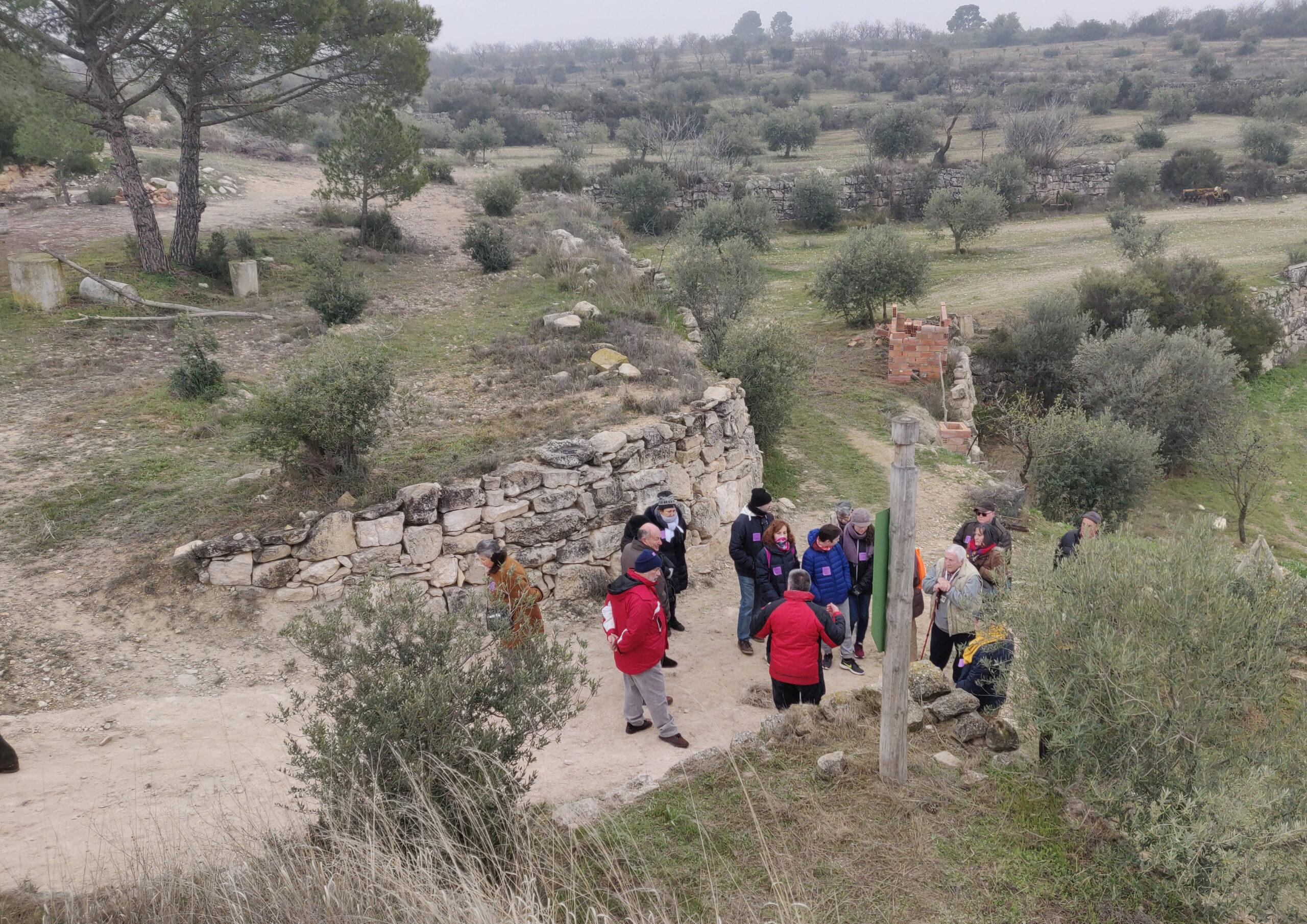 Imatge d'arxiu d'una visita per conèixer la cultura de la pedra seca a les Borges Blanques. (Horitzontal)