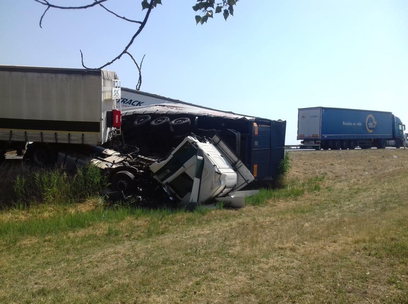 Aspecte d'un camió accidentat en un sinistre a l'A-2, a l'altura de Sidamon (Pla d'Urgell), el 5 de juliol del 2019. Pla general. (Horitzontal)