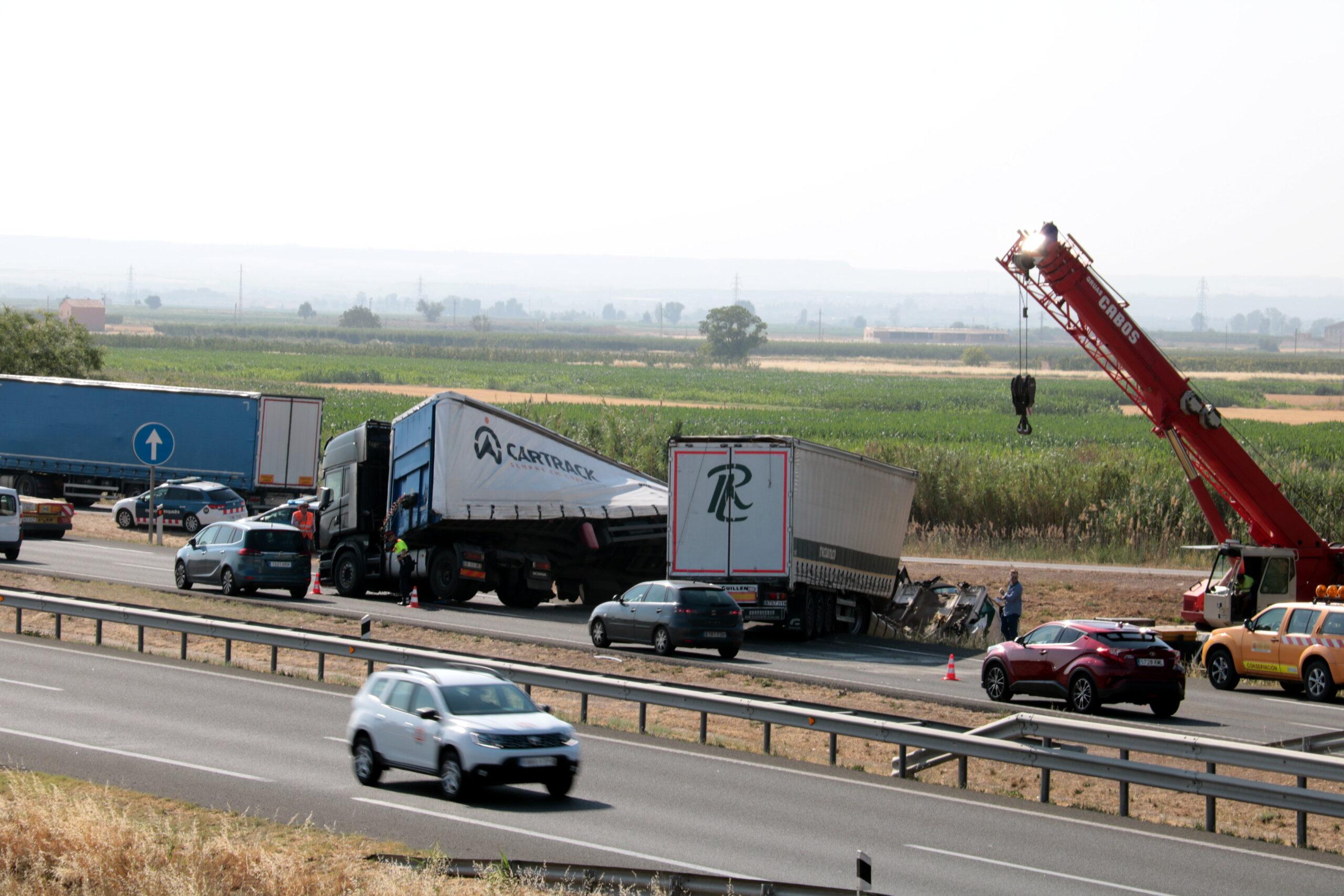 Imatge de dos dels camions accidentats en la topada múltiple a l'A-2 a Sidamon, en sentit Lleida, el 5 de juliol del 2019. (Horitzontal)