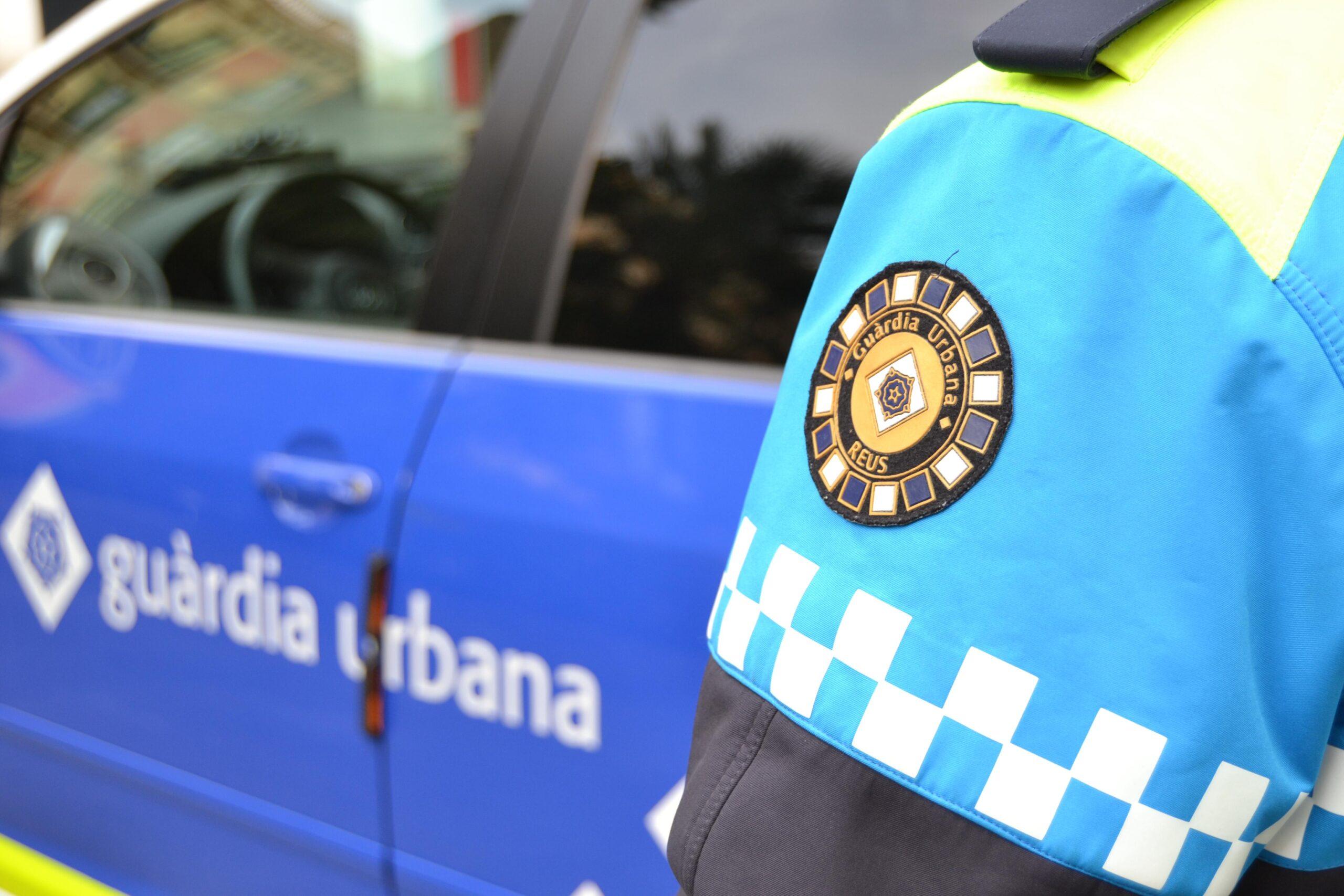 Detall de l'escut de la Guàrdia Urbana de Reus en l'uniforme d'un agent. Imatge publicada el 26 d'agost del 2019. (Horitzontal)