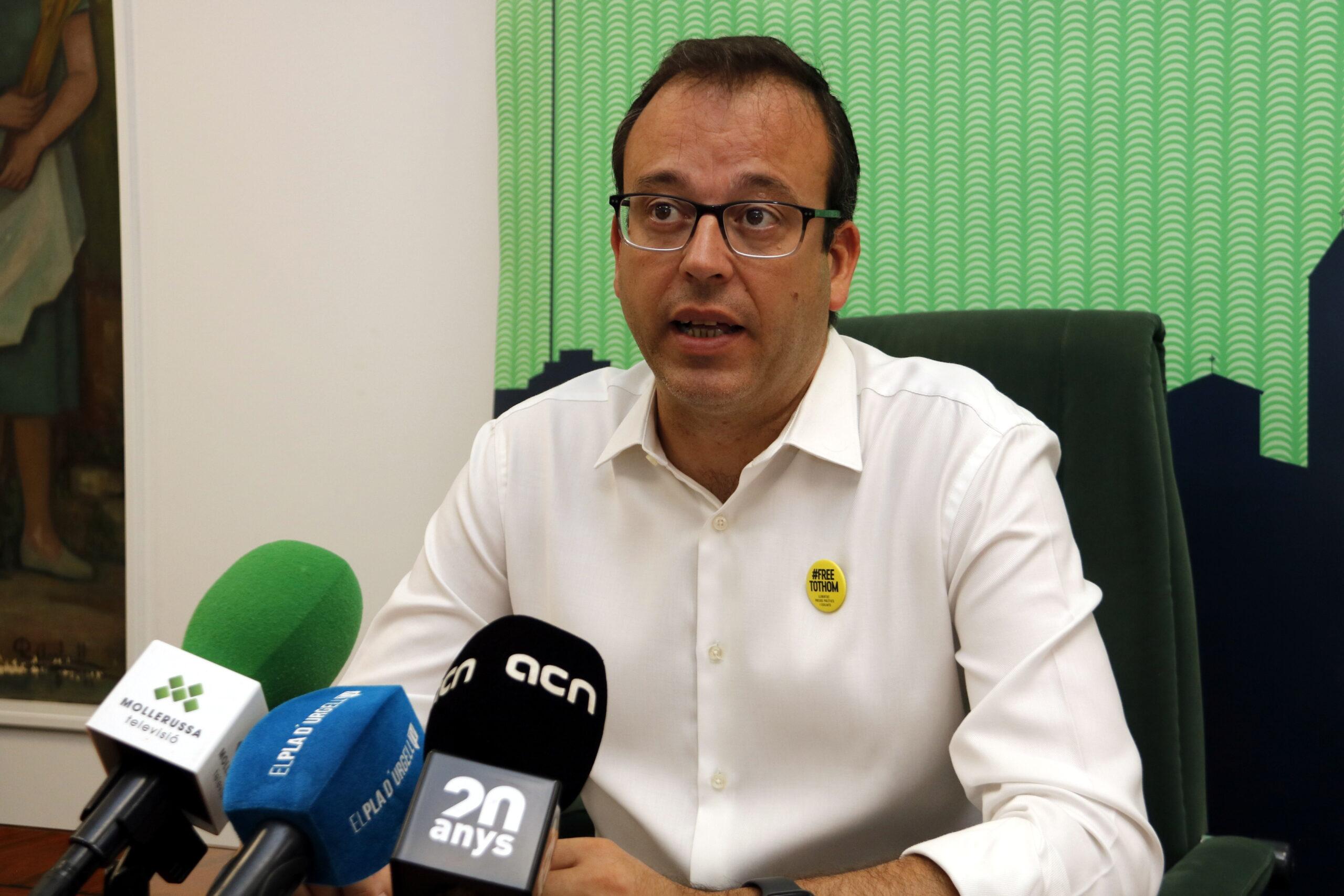 Pla mitjà de l'alcalde de Mollerussa, Marc Solsona, en roda de premsa el 27 d'agost de 2019. (Horitzontal)