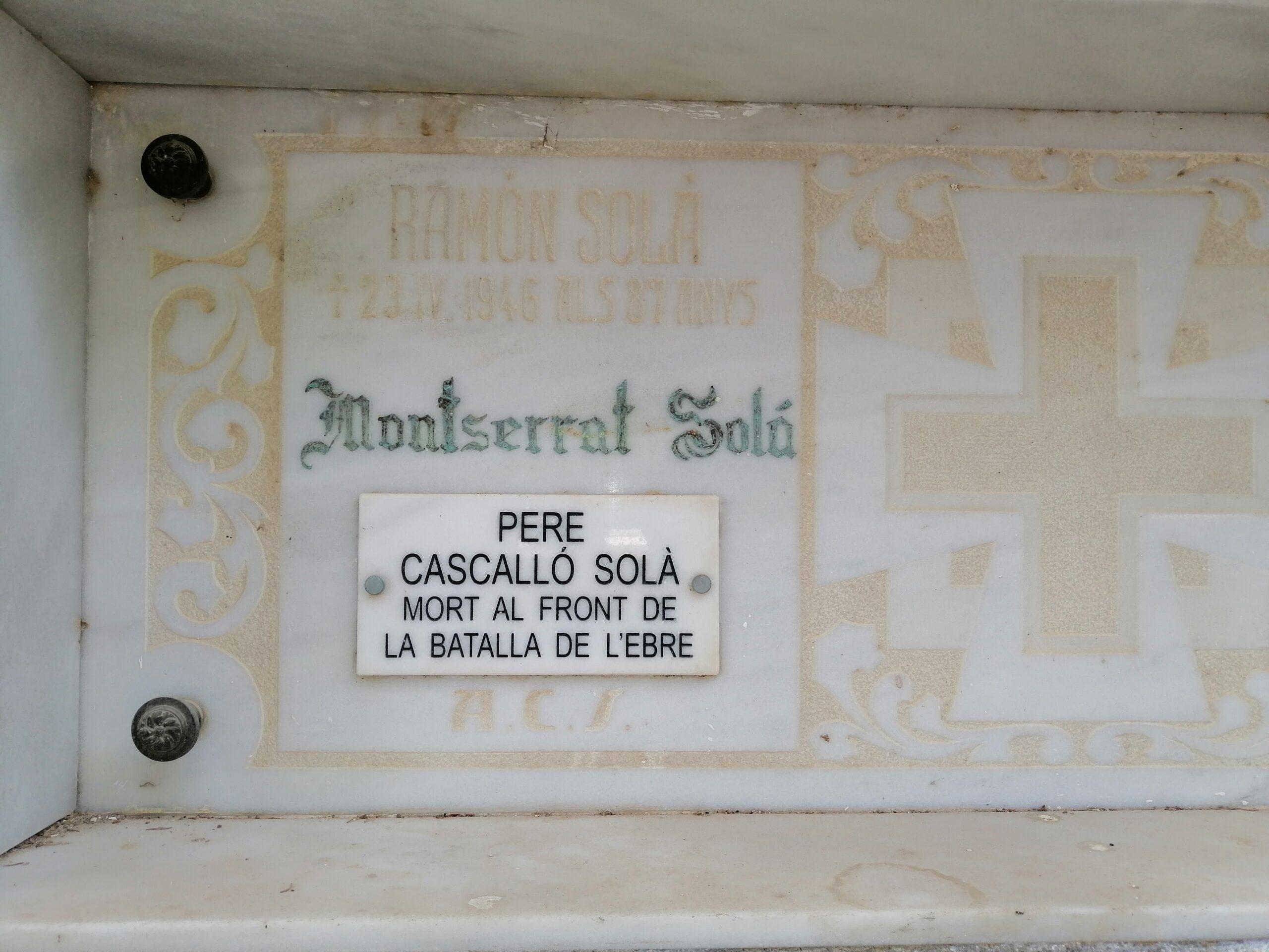 Pla mitjà de la tomba de Pere Cascalló Solà al cementiri de Linyola, únic cos recuperat al Front de l'Ebre i enterrat a Linyola pels seus familiars. (Horitzontal)