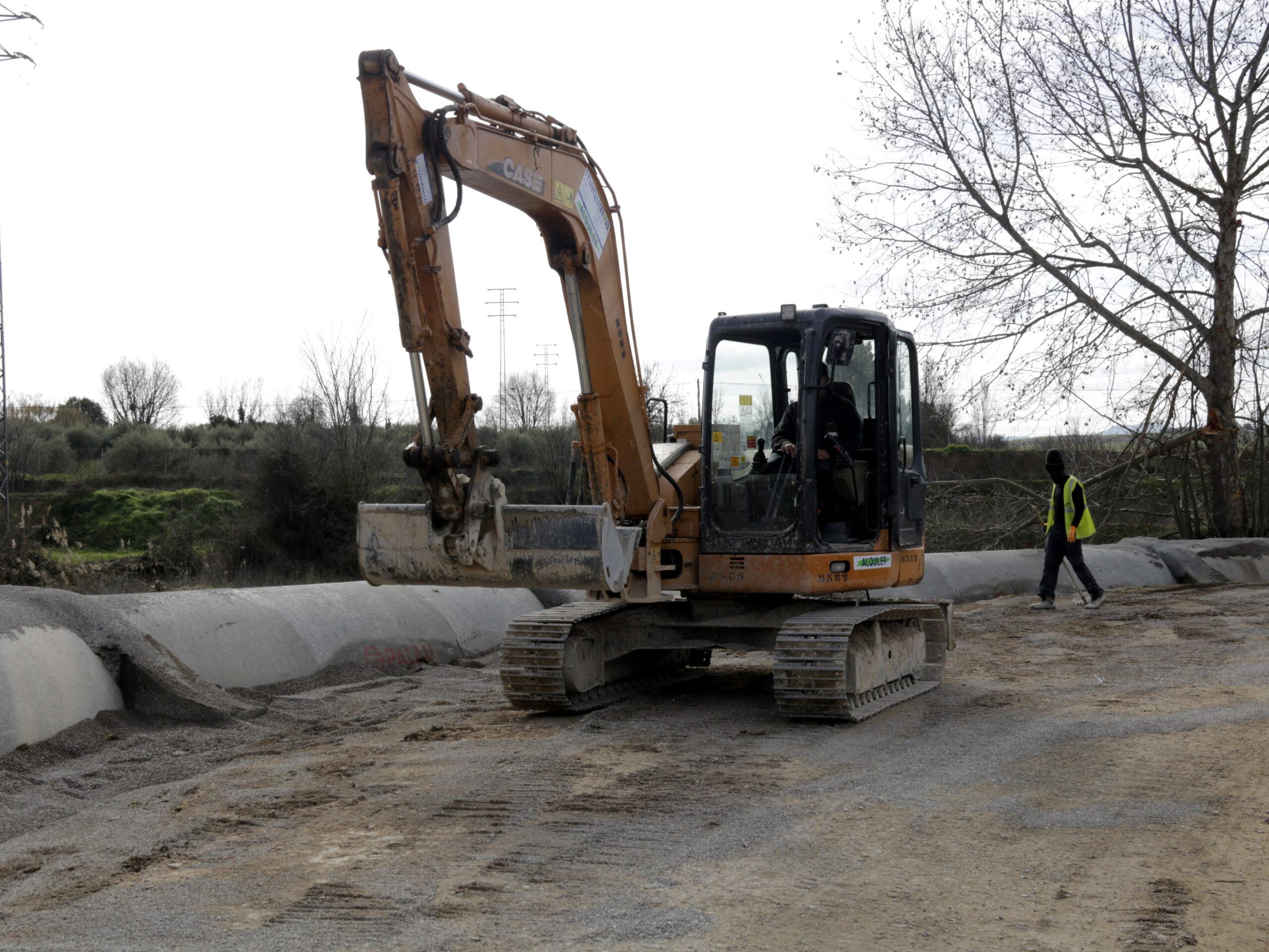 Pla general on s'hi veu una excavadora fent feines a un tram del Canal Principal a Les Borges Blanques, el 7 de febrer de 2020. (Horitzontal)