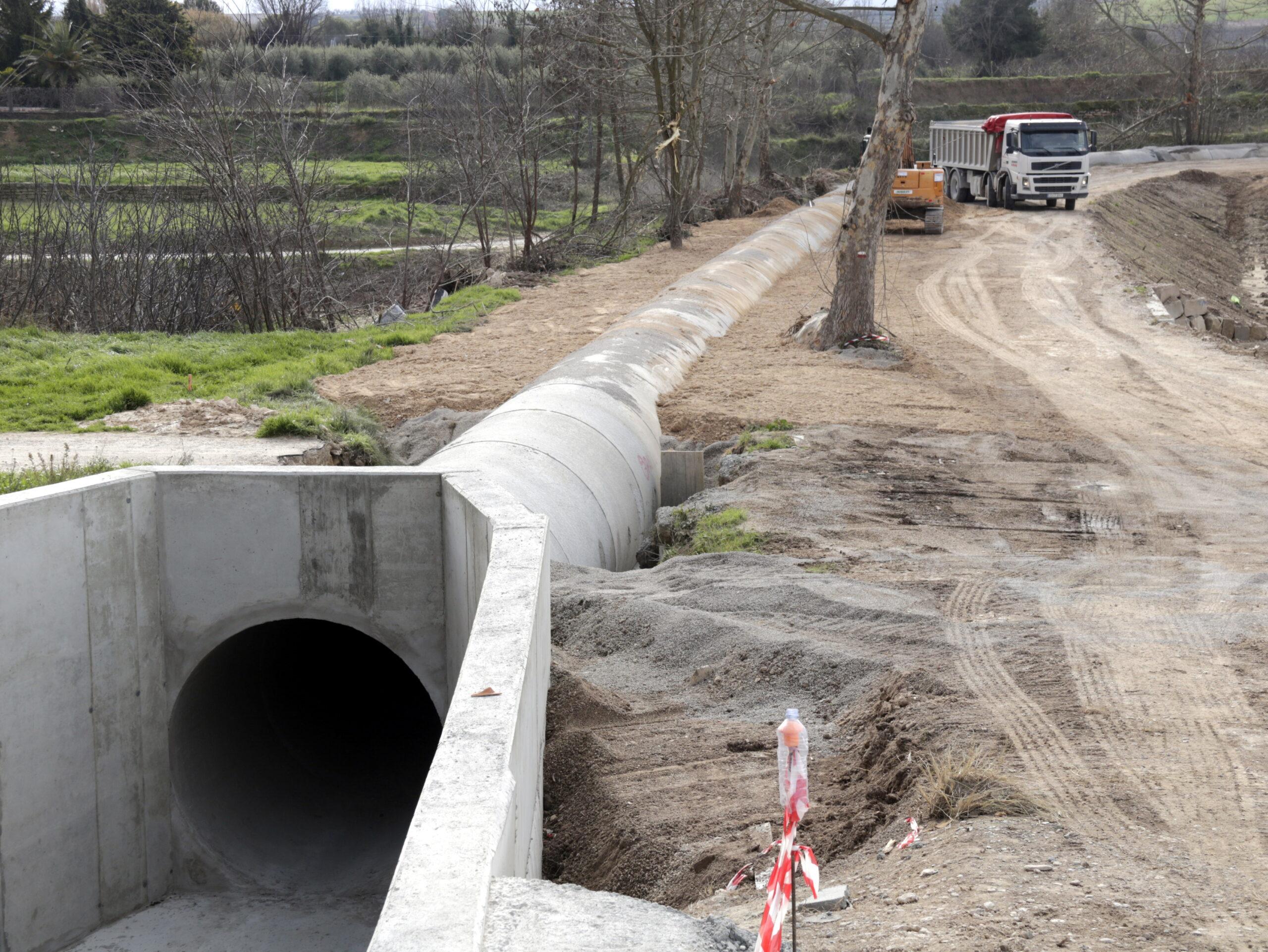 Pla general on es veu una part del tram entubat del Canal Principal a les Borges Blanques, el 7 de febrer de 2020. (Horitzontal)
