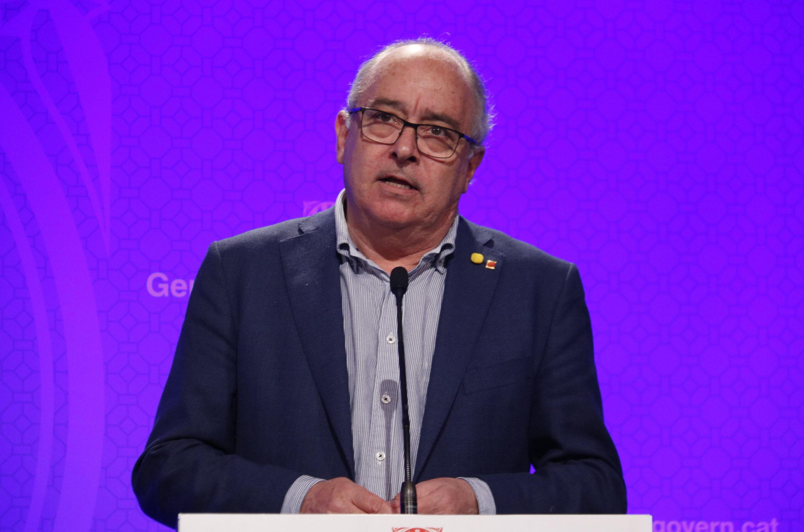 Pla mitjà del conseller d'Educació, Josep Bargalló, durant una roda de premsa del 12 de març de 2020 (Horitzontal)