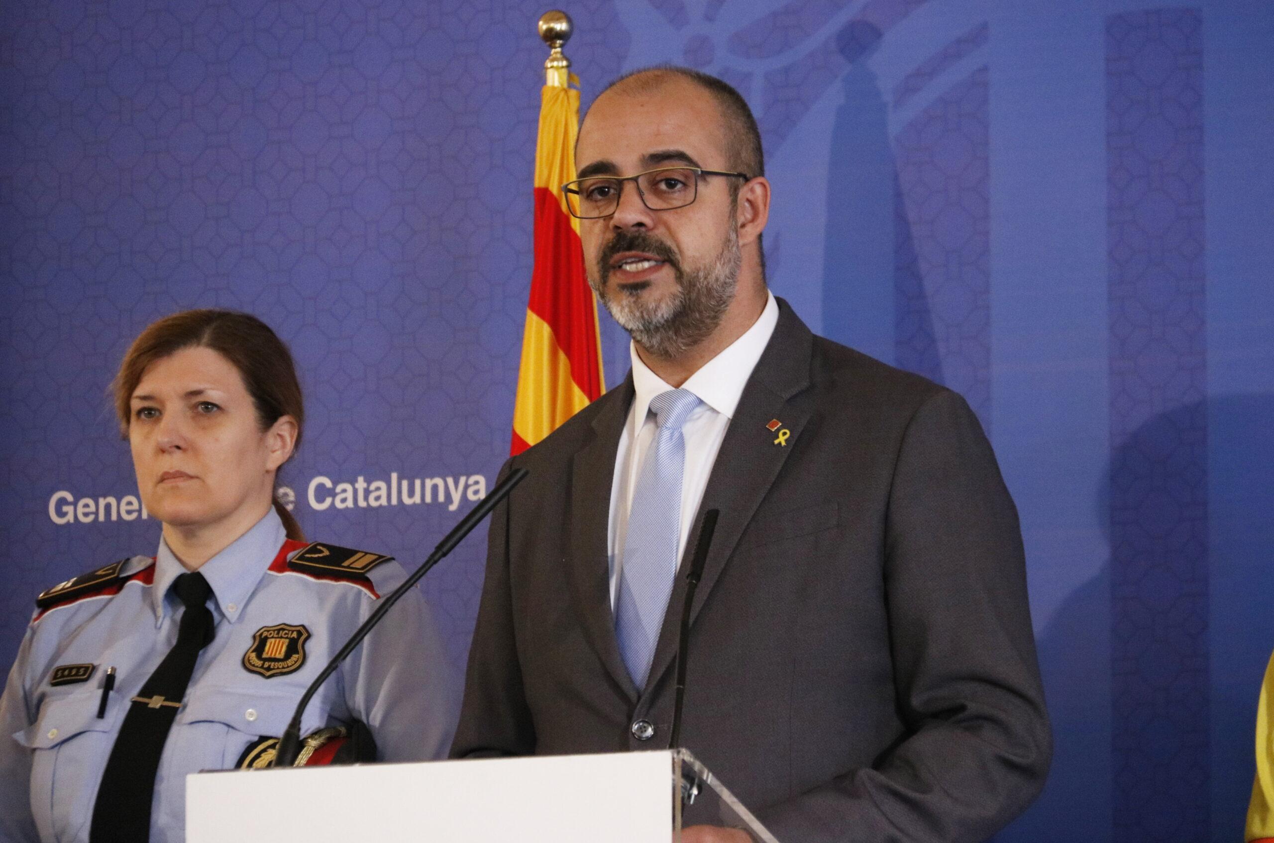 Pla mitjà del conseller d'Interior, Miquel Buch, oferint una roda de premsa el 13 de març de 2020 (Horitzontal)