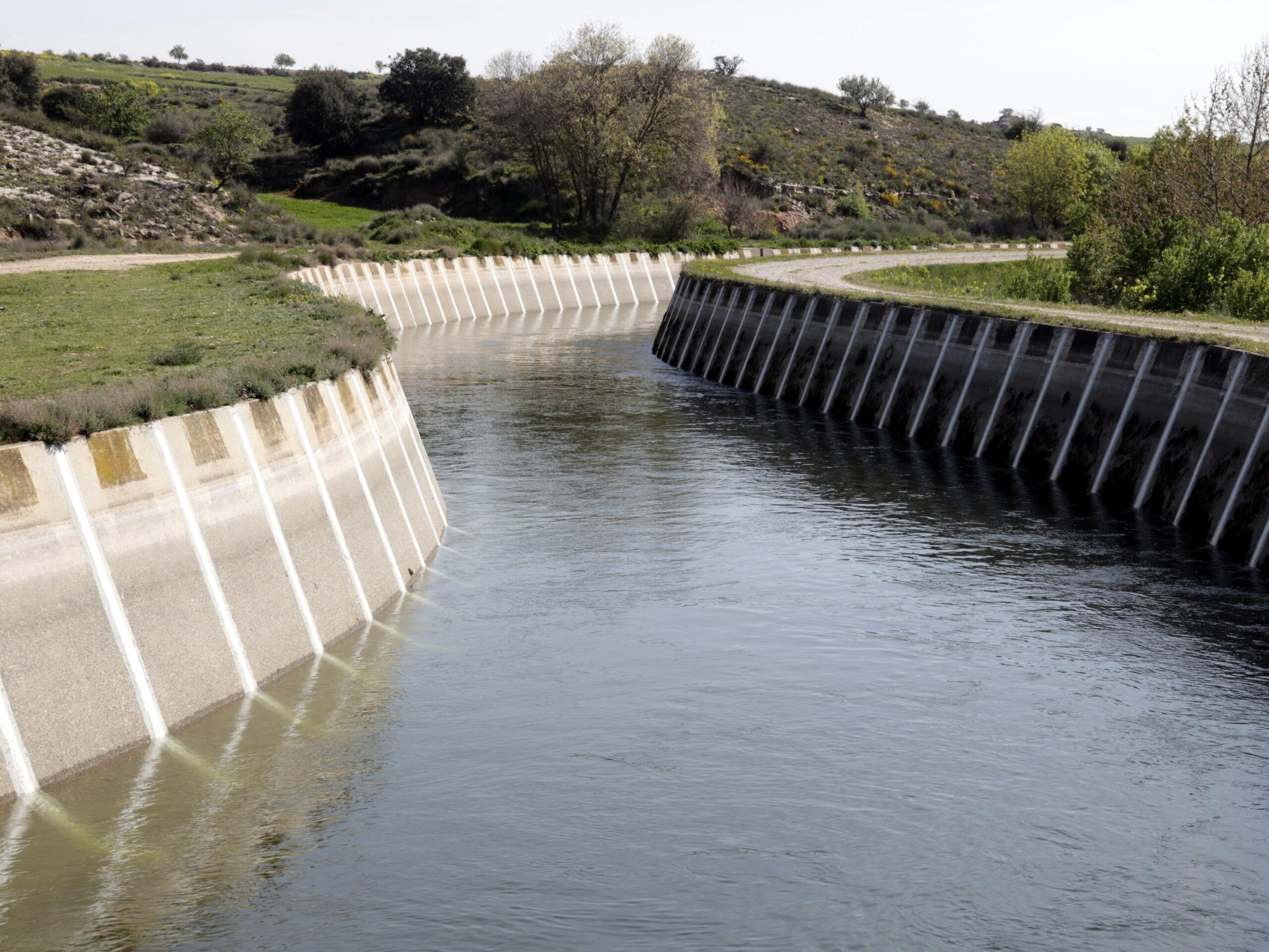 Pla general del Canal d'Urgell aquest dissabte ple d'aigua al seu pas per Castellserà (Urgell), el 21 de març de 2020. (Horitzontal)