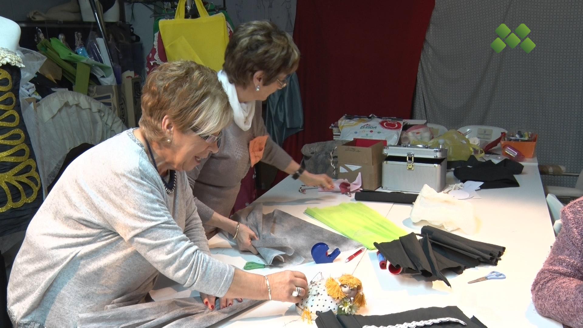 Les modistes fan els últims retocs pel Concurs Nacional de Vestits de Paper