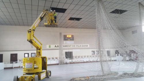 Preparatius per a la instal·lació de la nova il·luminació del Pavelló de Vila-sana. FOTO: Ajuntament de Vila-sana.