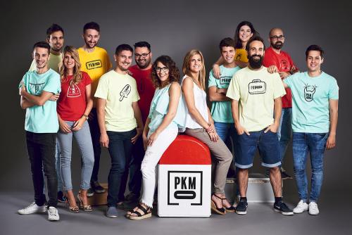 Les presentadores del programa 'País KM0' de la Xarxa amb l'equip de reporters. FOTO: La Xarxa.