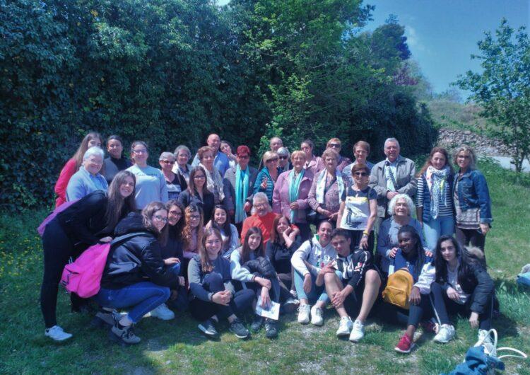 Usuaris del Casal d'Avis i alumnes de l'Institut Mollerussa surten plegats d'excursió a Verdú per aprendre compartint
