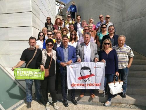L'alcalde de Torregrossa, Josep Maria Puig, a la sortida de la Fiscalia de Lleida, amb representants polítics i veïns que l'han acompanyat per donar-li suport.