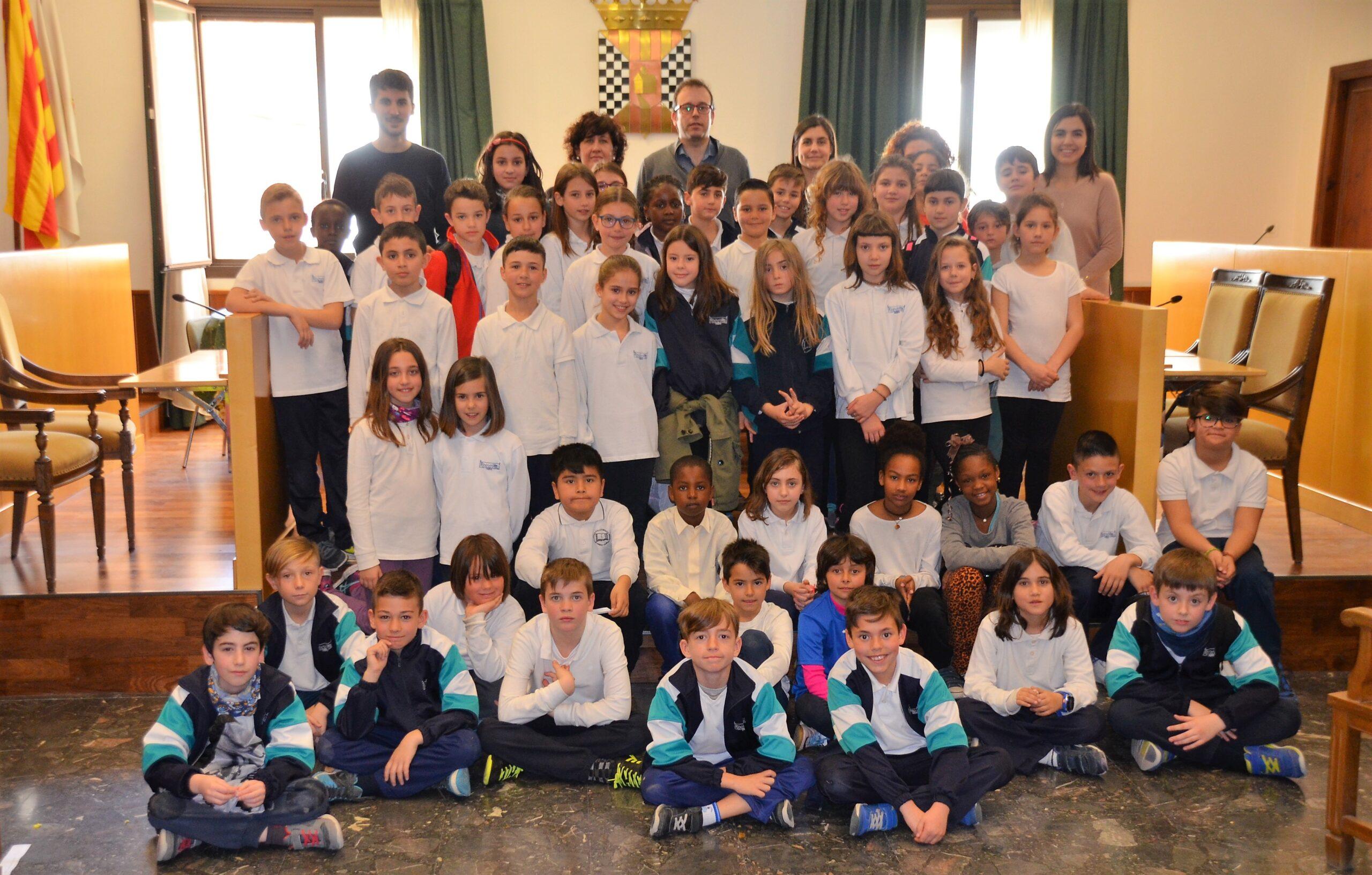 Una cinquantena d'alumnes de 3r de l'escola Pompeu Fabra visiten l'Ajuntament de Mollerussa per saber com funciona