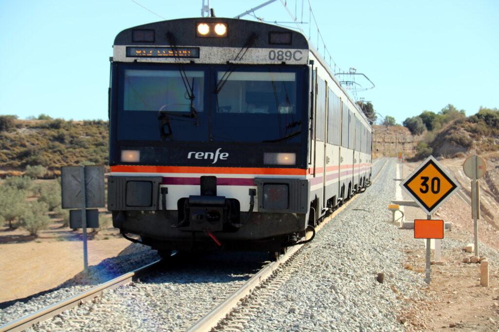 Primer pla d'un comboi de la R12 circulant pel terraplè on s'han fet obres entre Tàrrega i Cervera, el 25 d'agost de 2016. (Horitzontal)