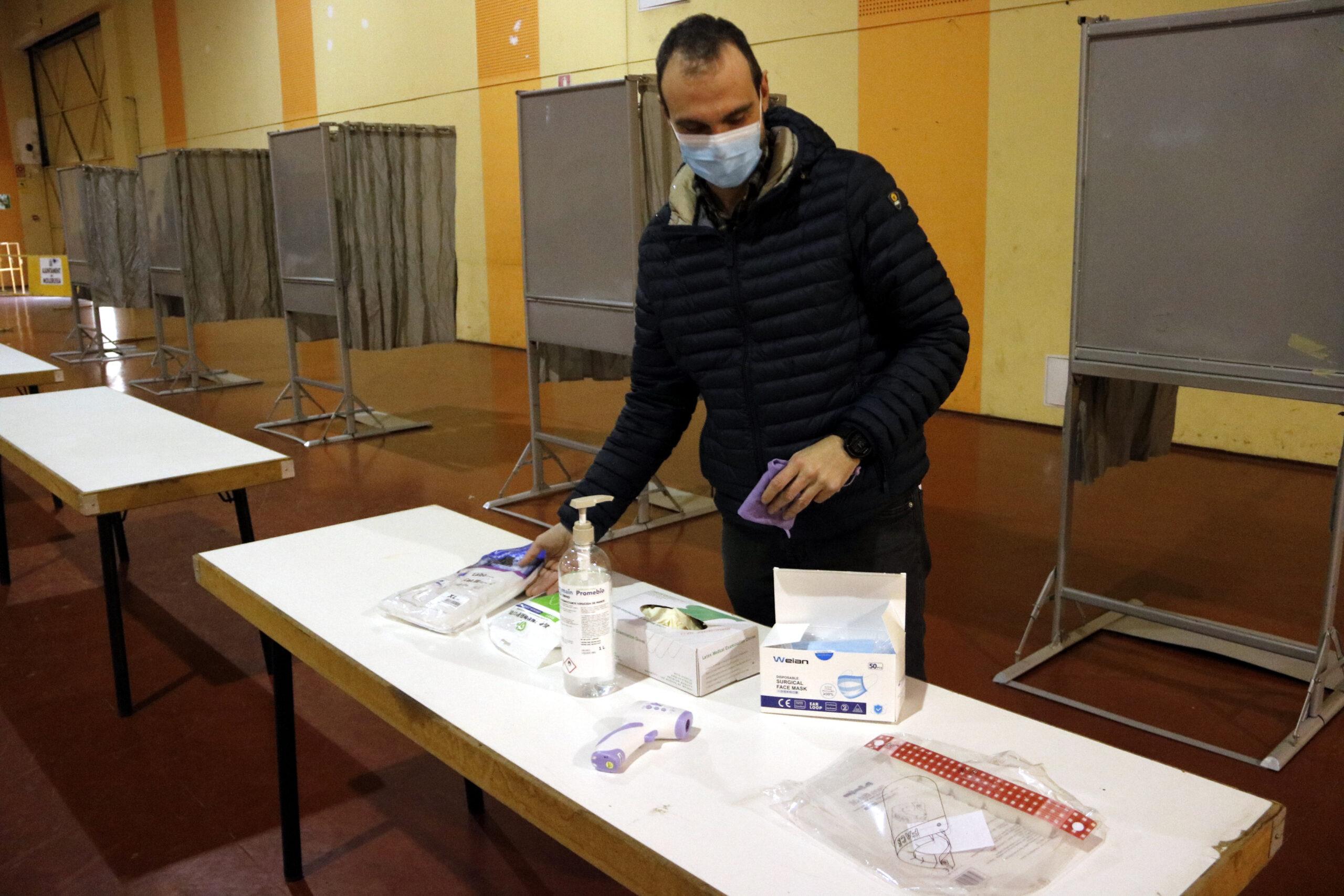 Pla mitjà on es pot veure el responsable de seguretat del 14-F a Mollerussa, Ramon Xinxó, amb els EPIs que tindran els membres de les meses electorals, el 8 de febrer de 2021. (Horitozontal)
