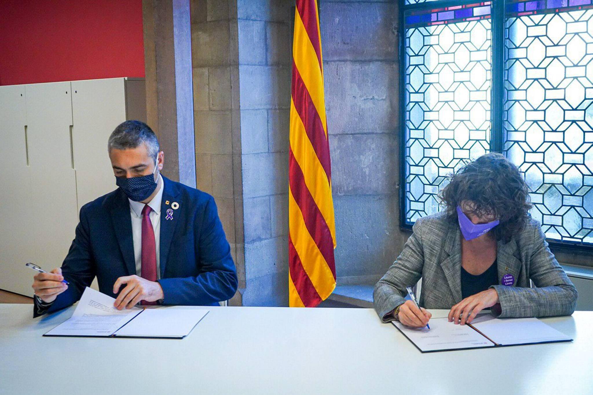 Teresa Jordà i Bernat Solé signant l'acord