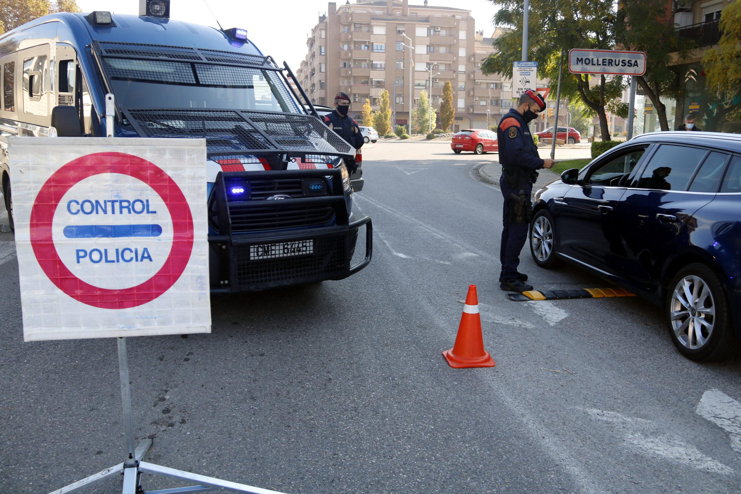 Pla obert on es pot veure un control dels Mossos d'Esquadra a l'accés de Mollerussa per les noves restriccions per frenar la covid-19, el 30 d'octubre de 2020. (Horitzontal)