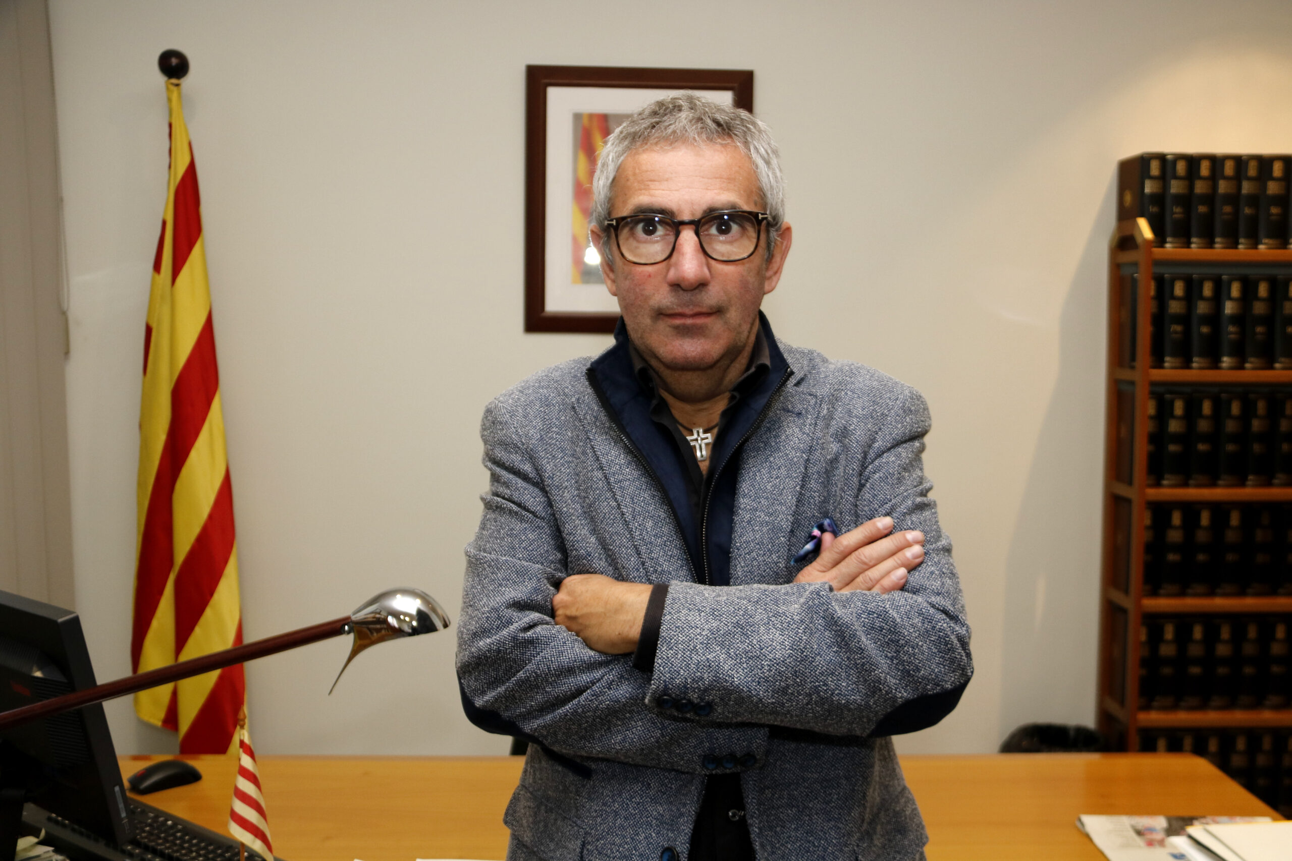 Pla mitjà on es pot veure el president del Consell Comarcal del Pla d'Urgell, Rafel Panadés, al seu despatx, el 16 de novembre de 2020. (Horitzontal)